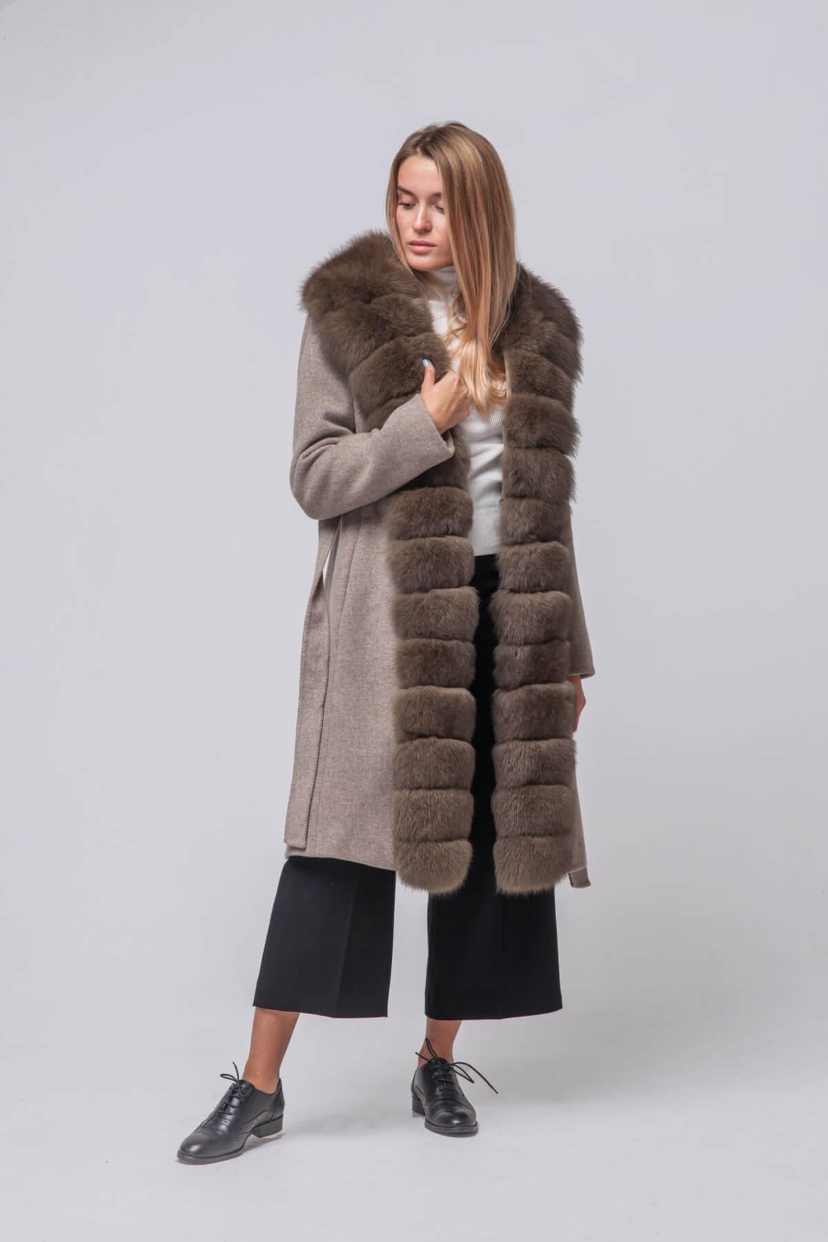 Комбинированное пальто с элементами песца. Фото 2