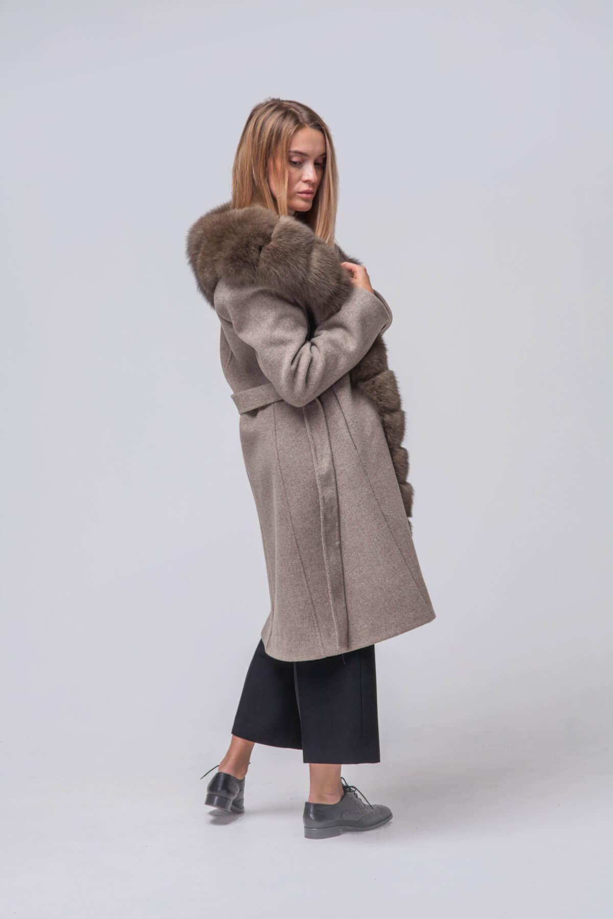 Комбинированное пальто с элементами песца. Фото 3
