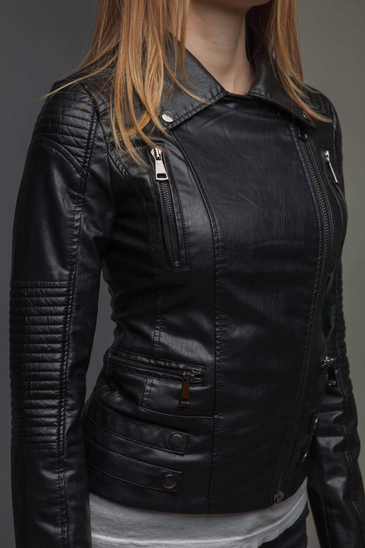 Черный куртка-косуха из экокожи. Фото 3