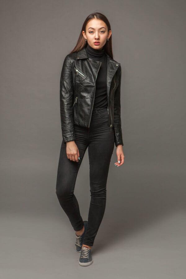 Черная куртка из экокожи с асимметричной молнией. Фото 1