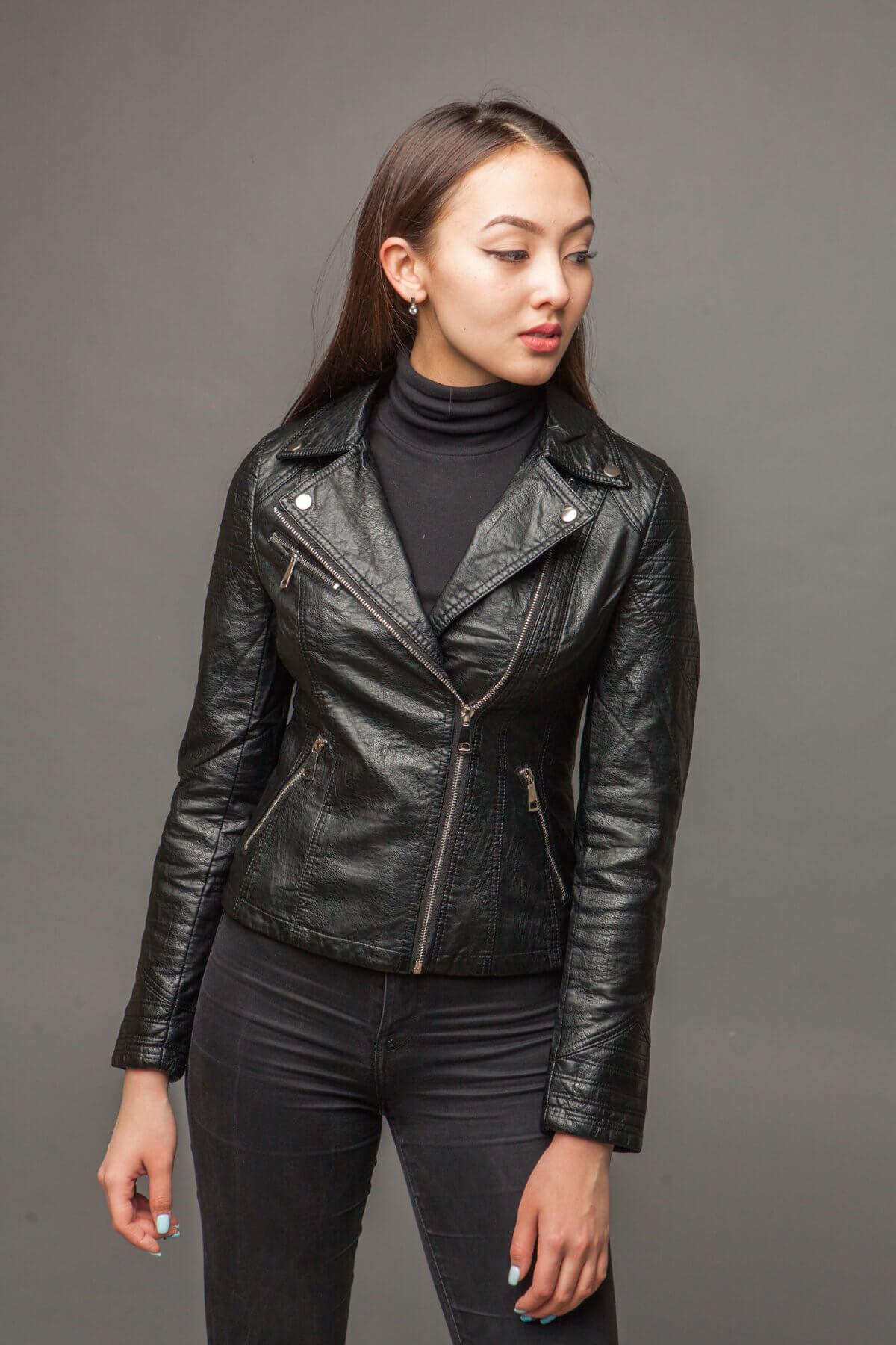 Черная куртка из экокожи с асимметричной молнией. Фото 2
