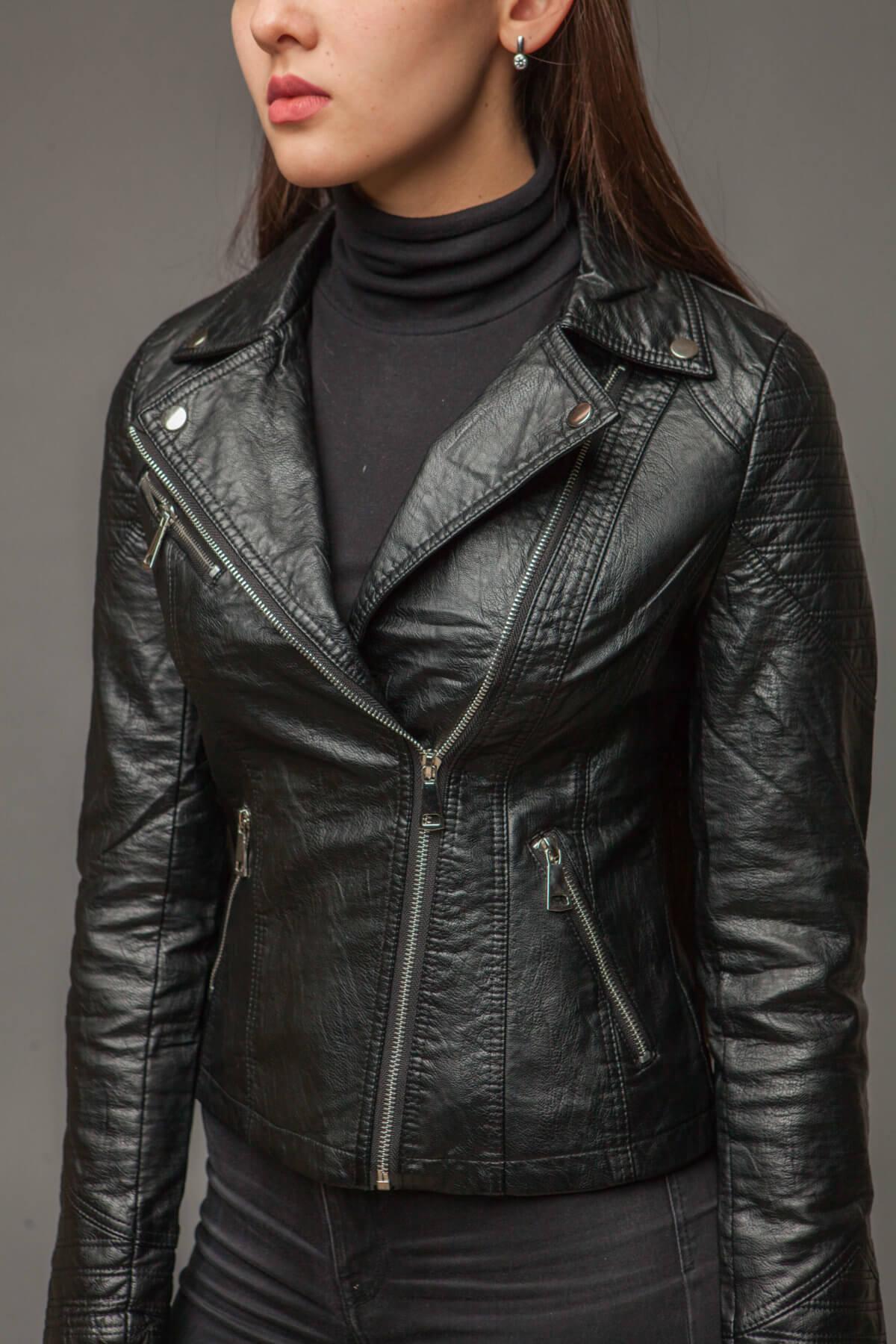 Черная куртка из экокожи с асимметричной молнией. Фото 3
