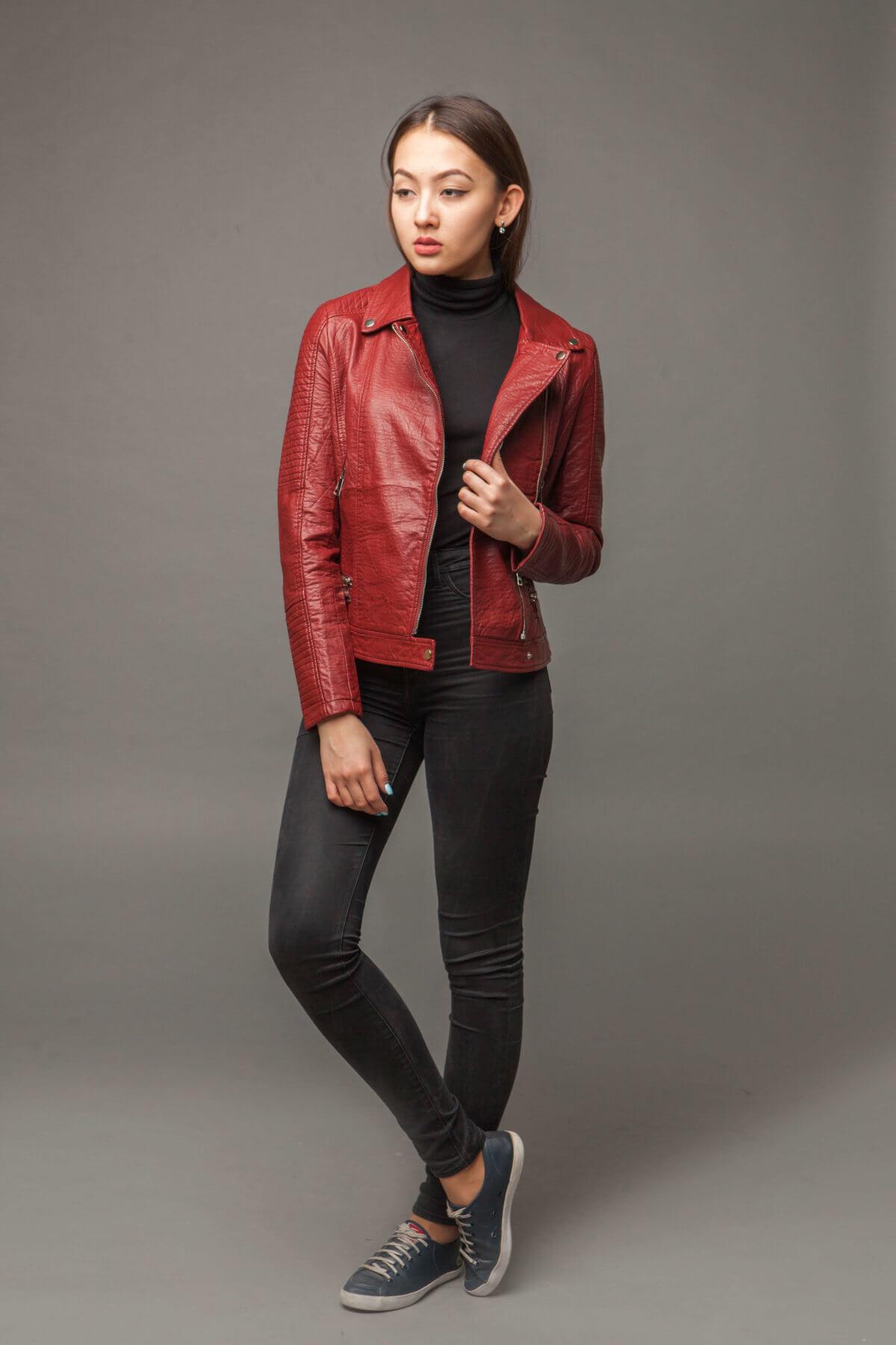 Приталенная куртка из экокожи с имитацией ремня. Фото 1