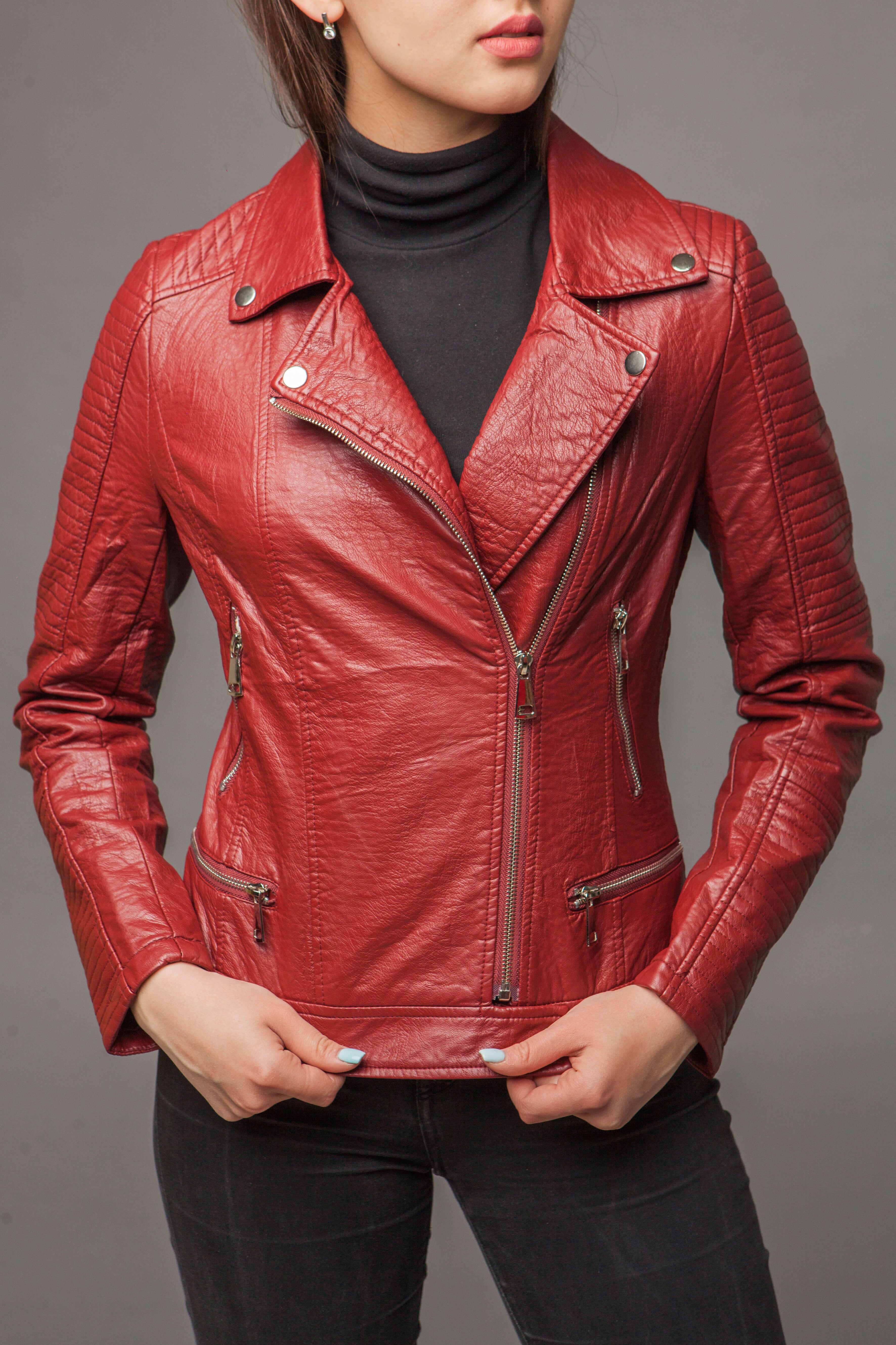 Приталенная куртка из экокожи с имитацией ремня. Фото 2