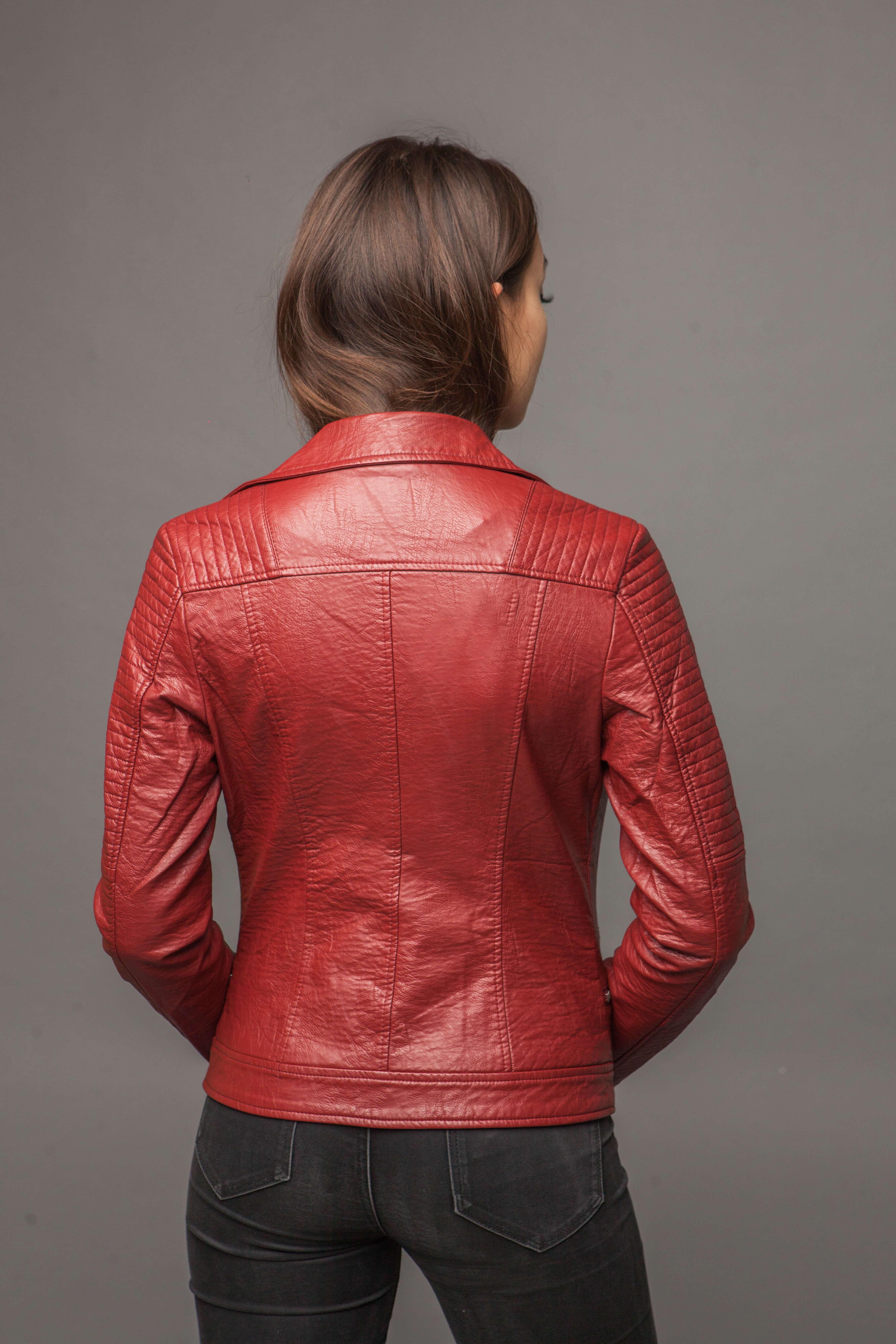 Приталенная куртка из экокожи с имитацией ремня. Фото 3