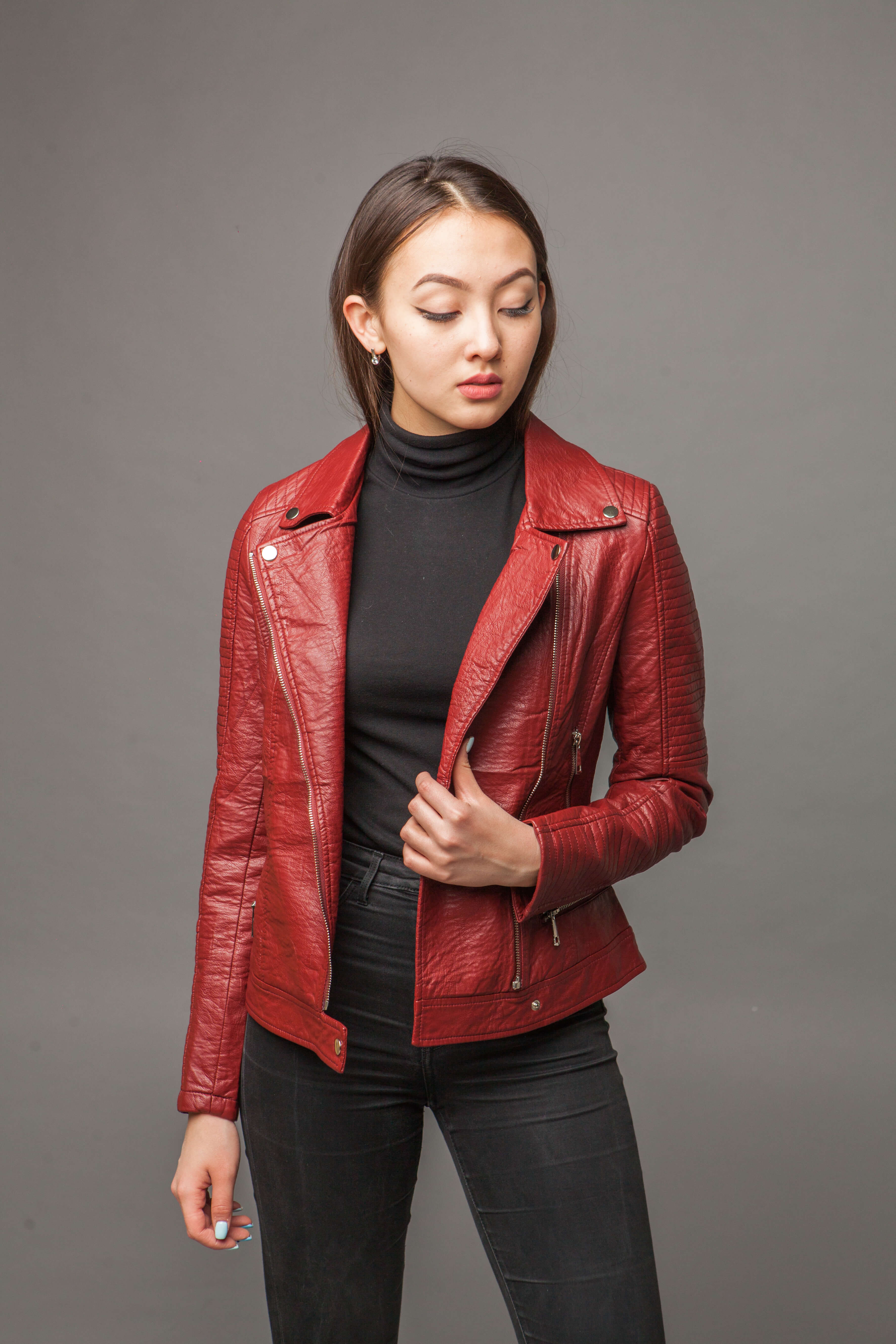 Приталенная куртка из экокожи с имитацией ремня. Фото 4