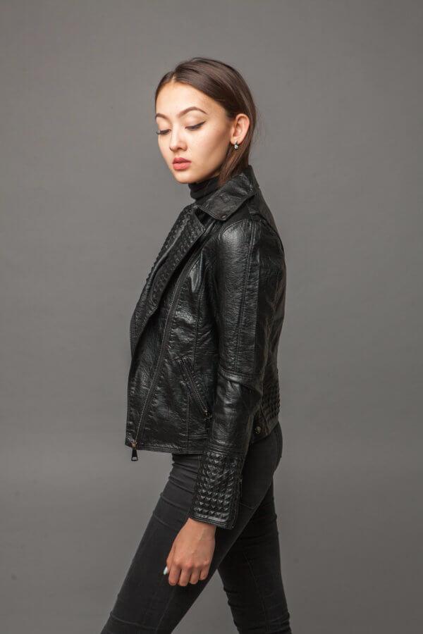 Классическая черная куртка-косуха из экокожи. Фото 2