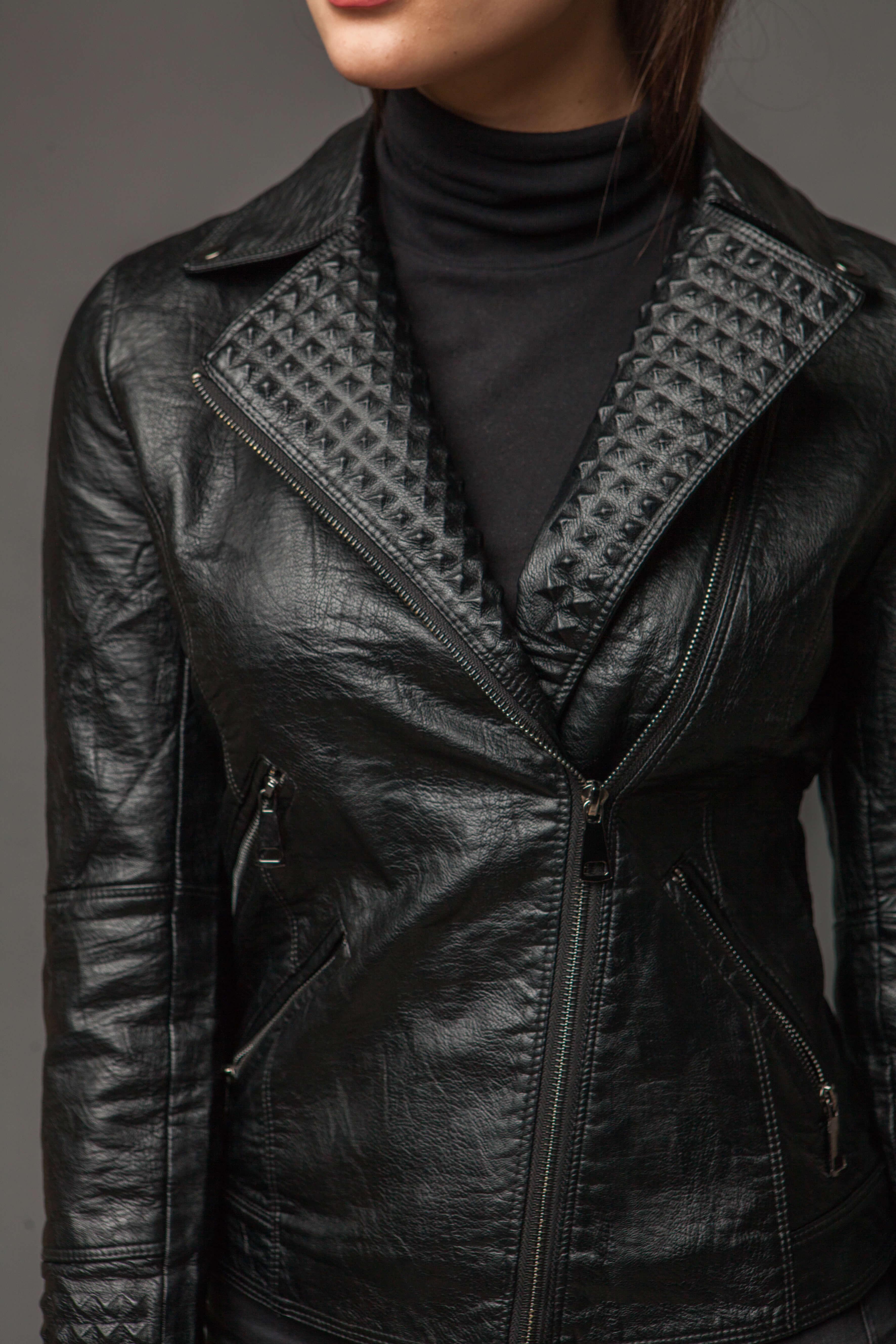 Классическая черная куртка-косуха из экокожи. Фото 3