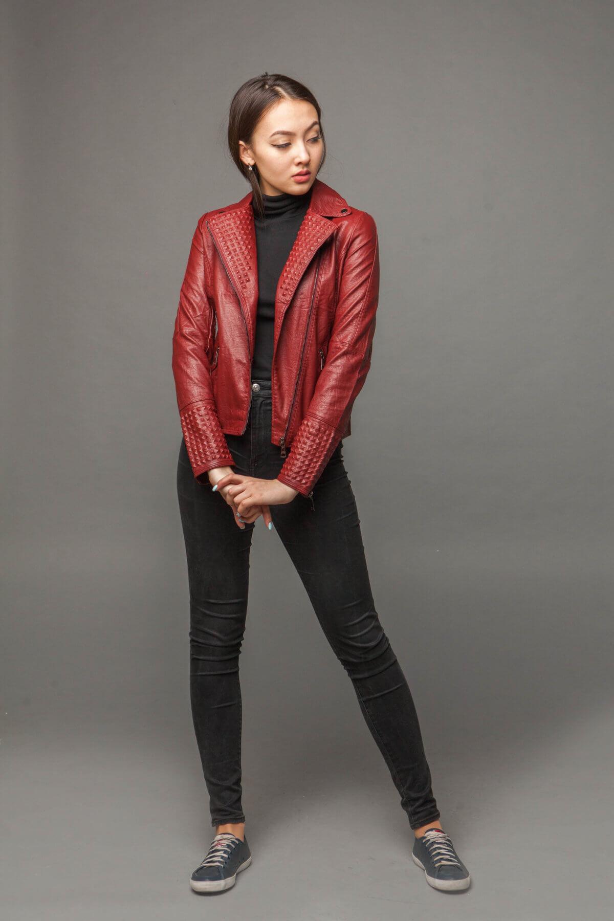 Классическая красная куртка-косуха из экокожи. Фото 1