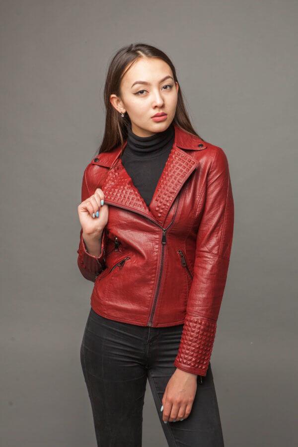 Классическая красная куртка-косуха из экокожи. Фото 2