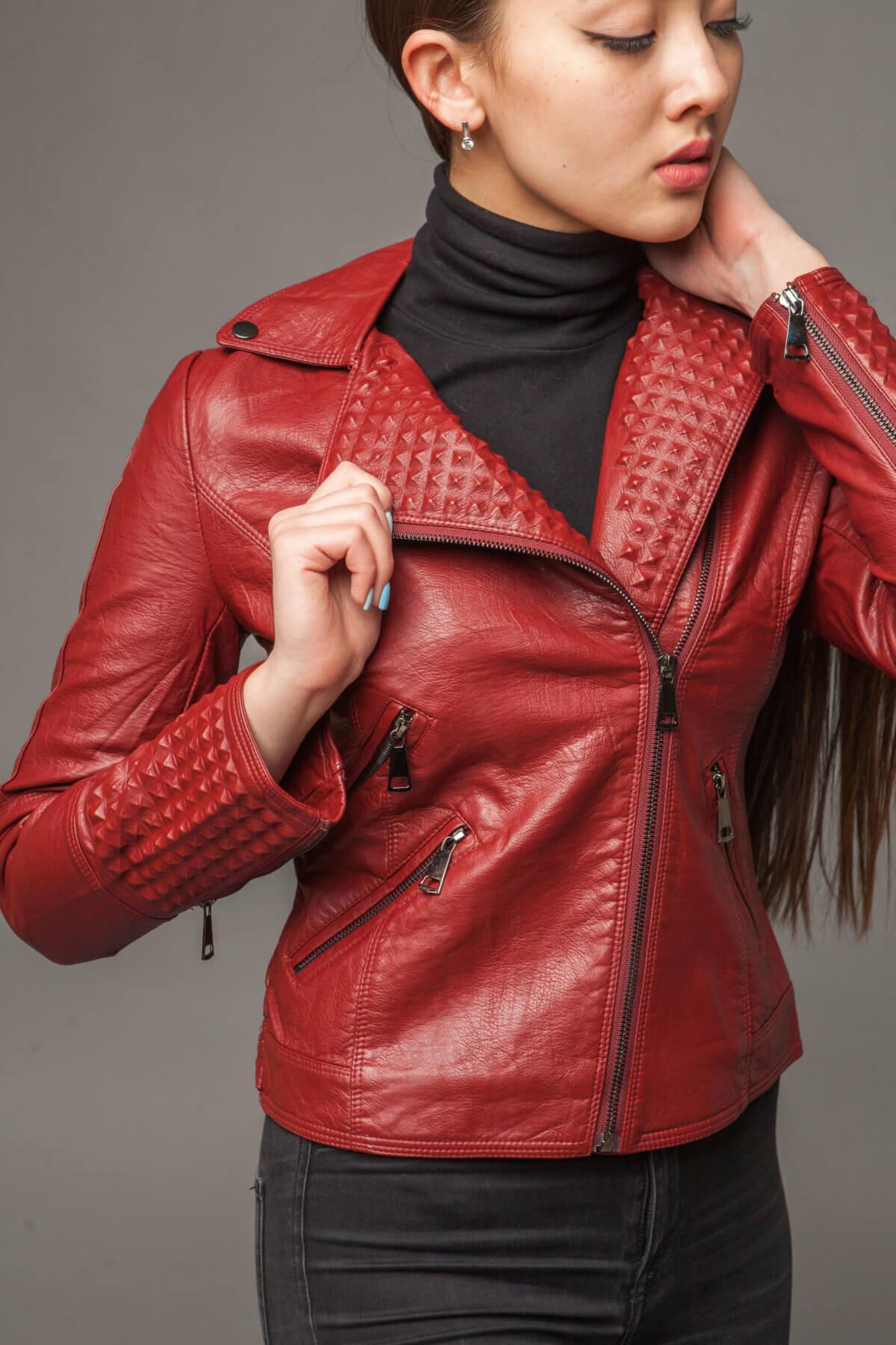 Классическая красная куртка-косуха из экокожи. Фото 3