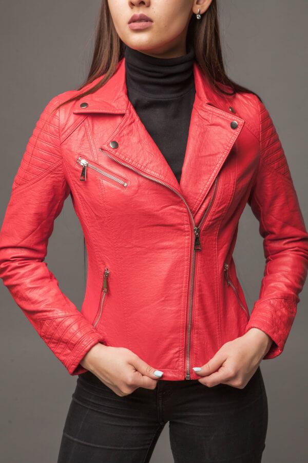 Яркая куртка-косуха насыщенного кораллового цвета из экокожи. Фото 2