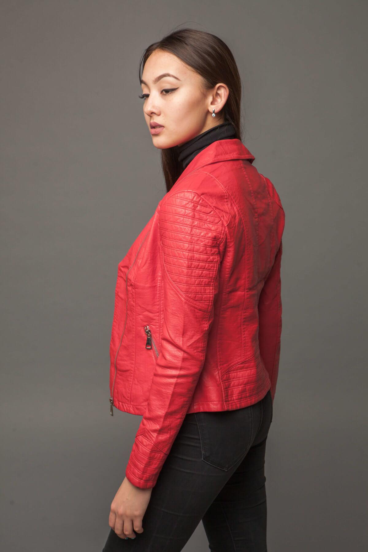 Яркая куртка-косуха насыщенного кораллового цвета из экокожи. Фото 4