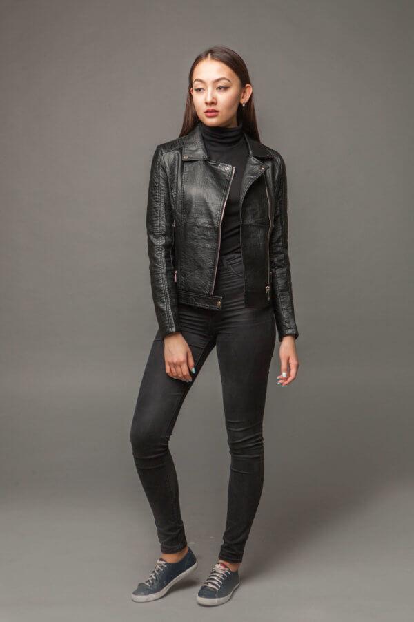 Приталенная черная куртка из экокожи. Фото 1