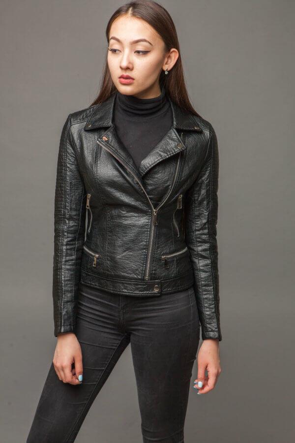 Приталенная черная куртка из экокожи. Фото 2