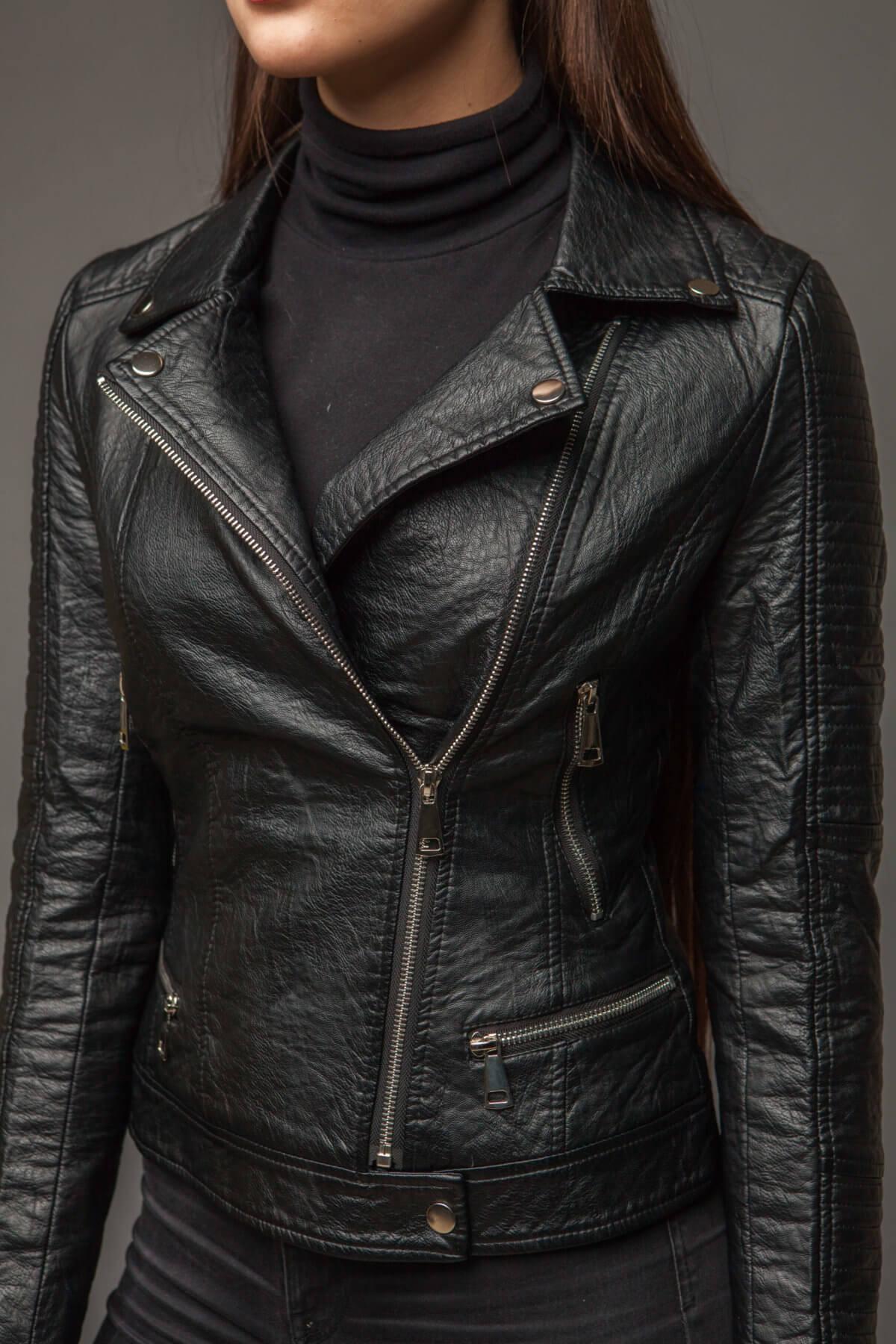 Приталенная черная куртка из экокожи. Фото 3