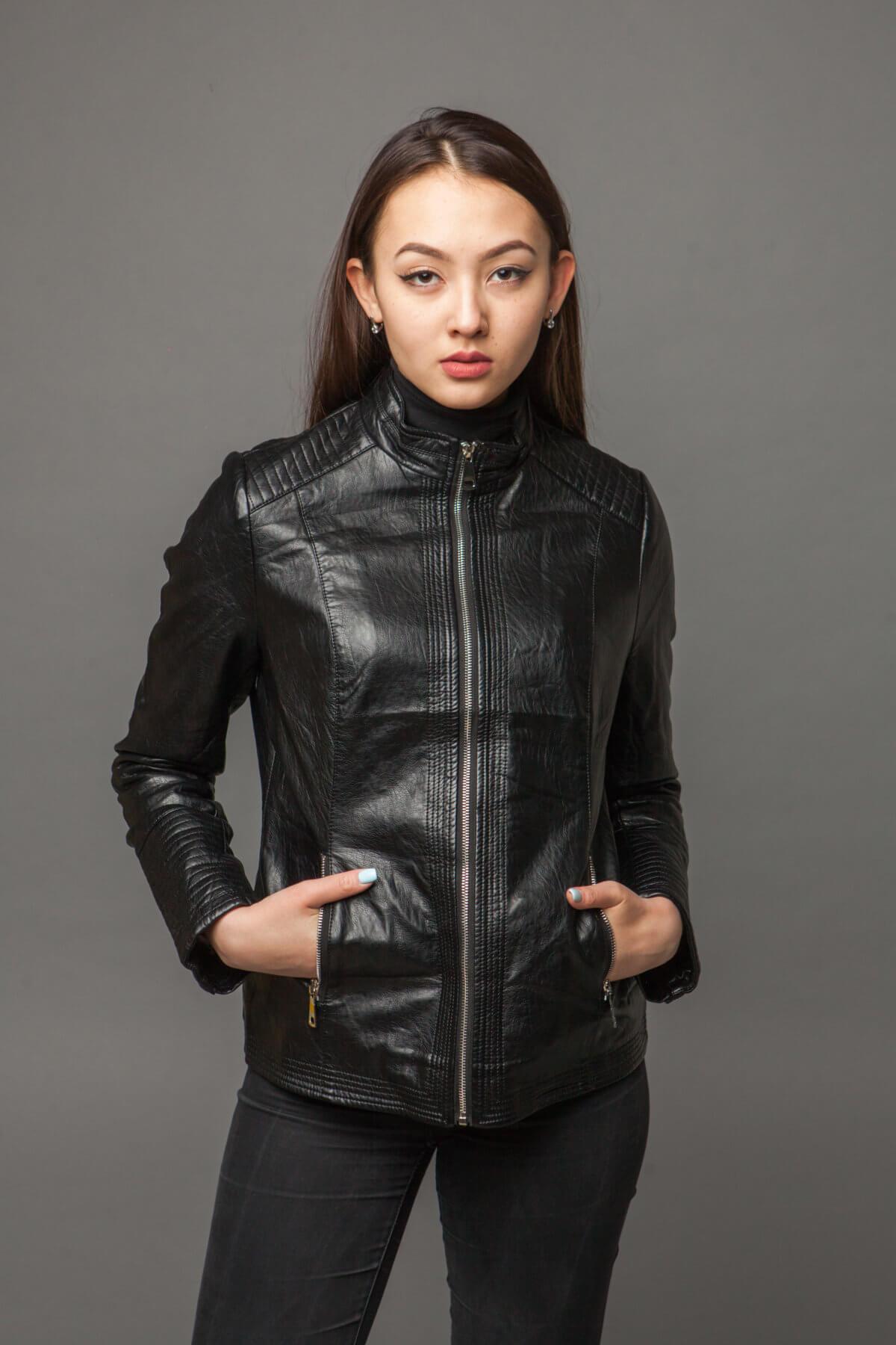 Куртка из экокожи с ультрамодной отделкой. Фото 4