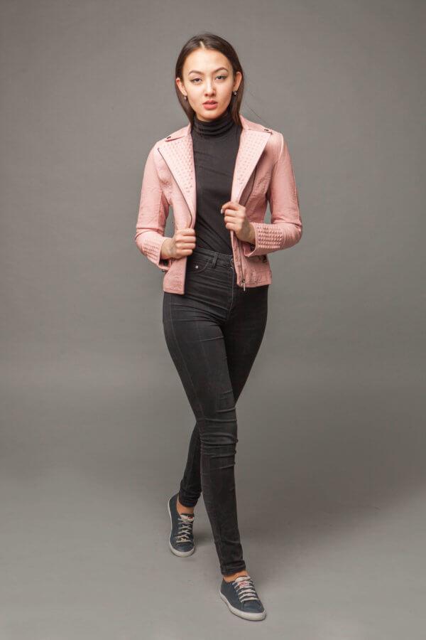 Приталенная куртка из экокожи нежно-розового цвета. Фото 1