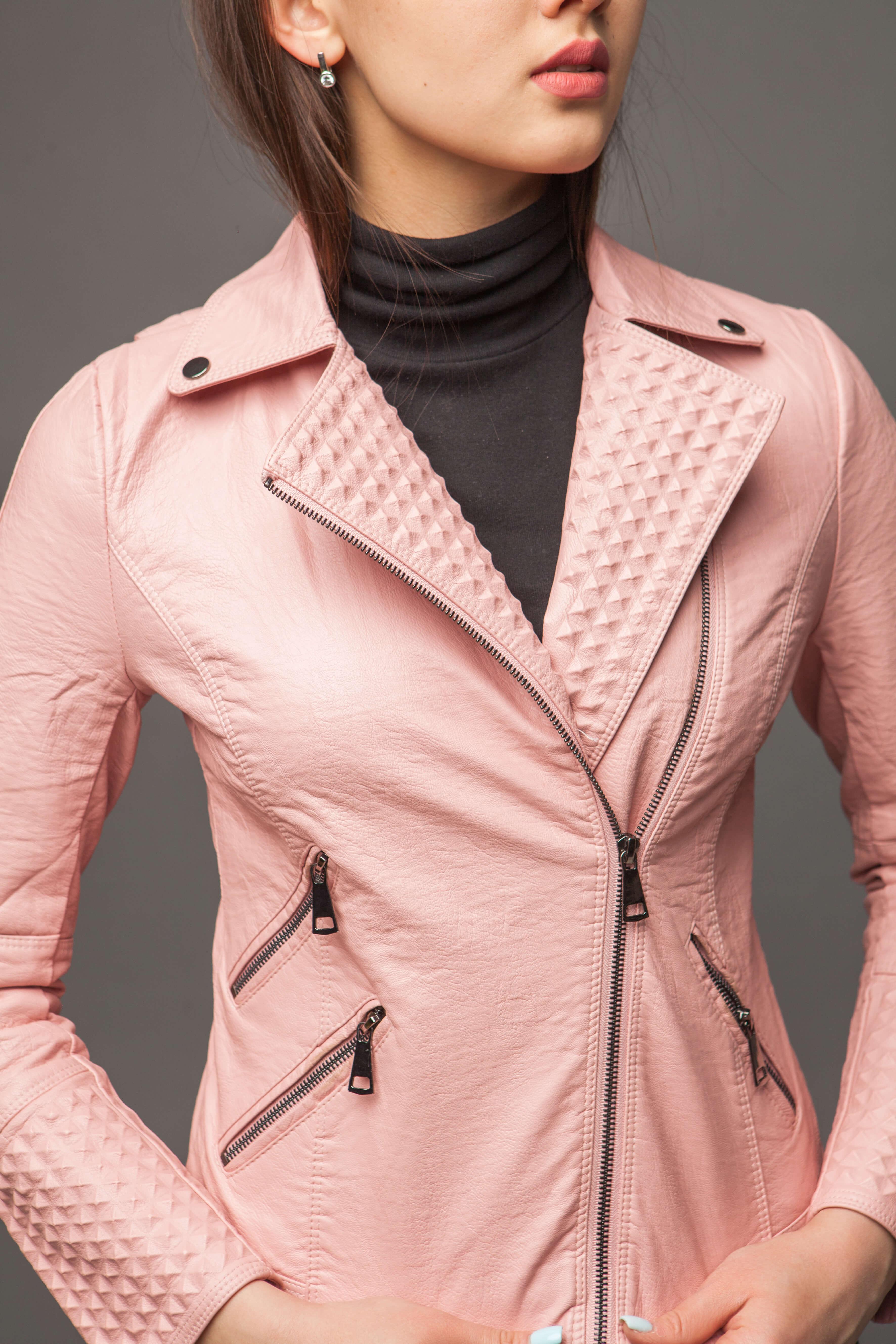 Приталенная куртка из экокожи нежно-розового цвета. Фото 2