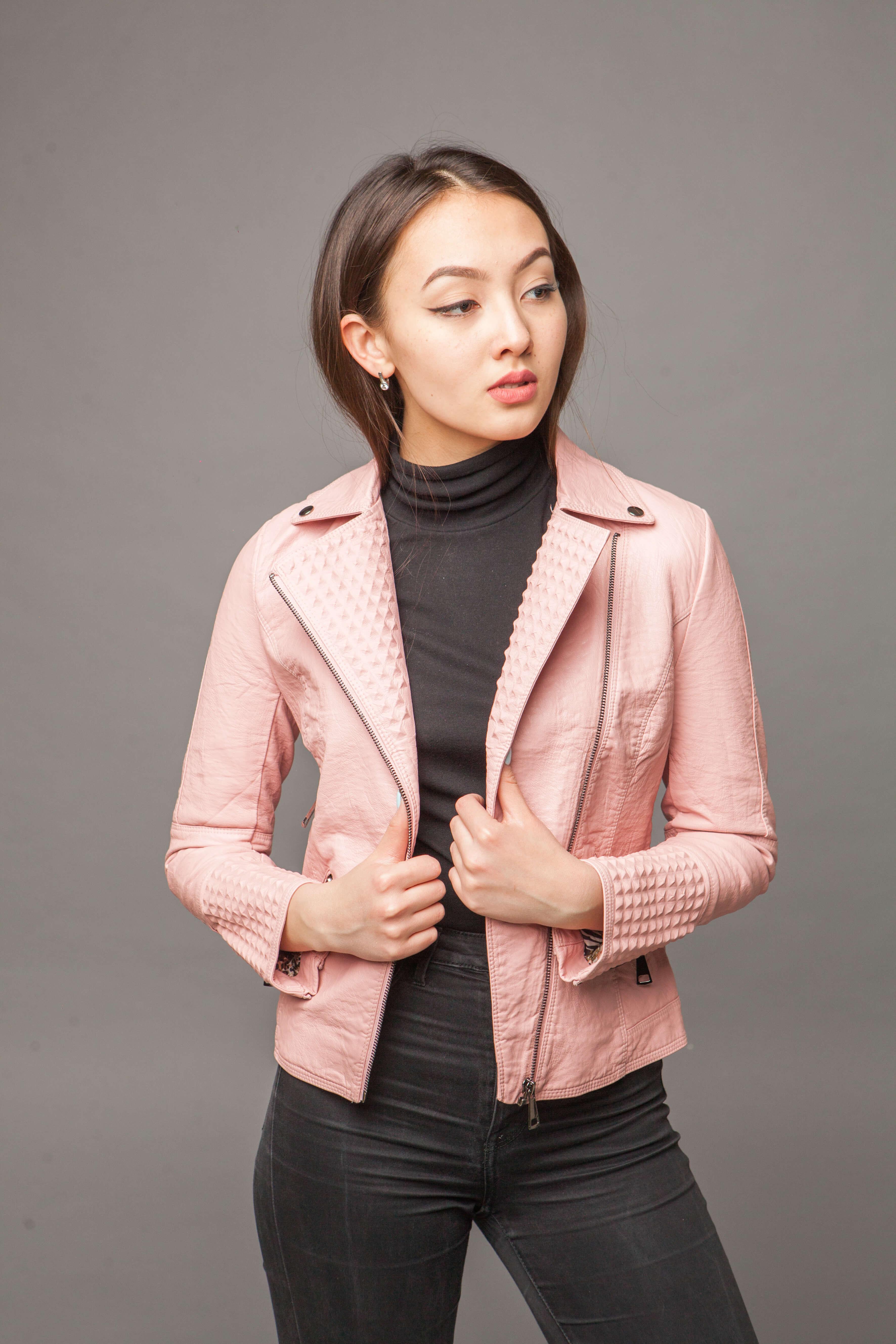 Приталенная куртка из экокожи нежно-розового цвета. Фото 3