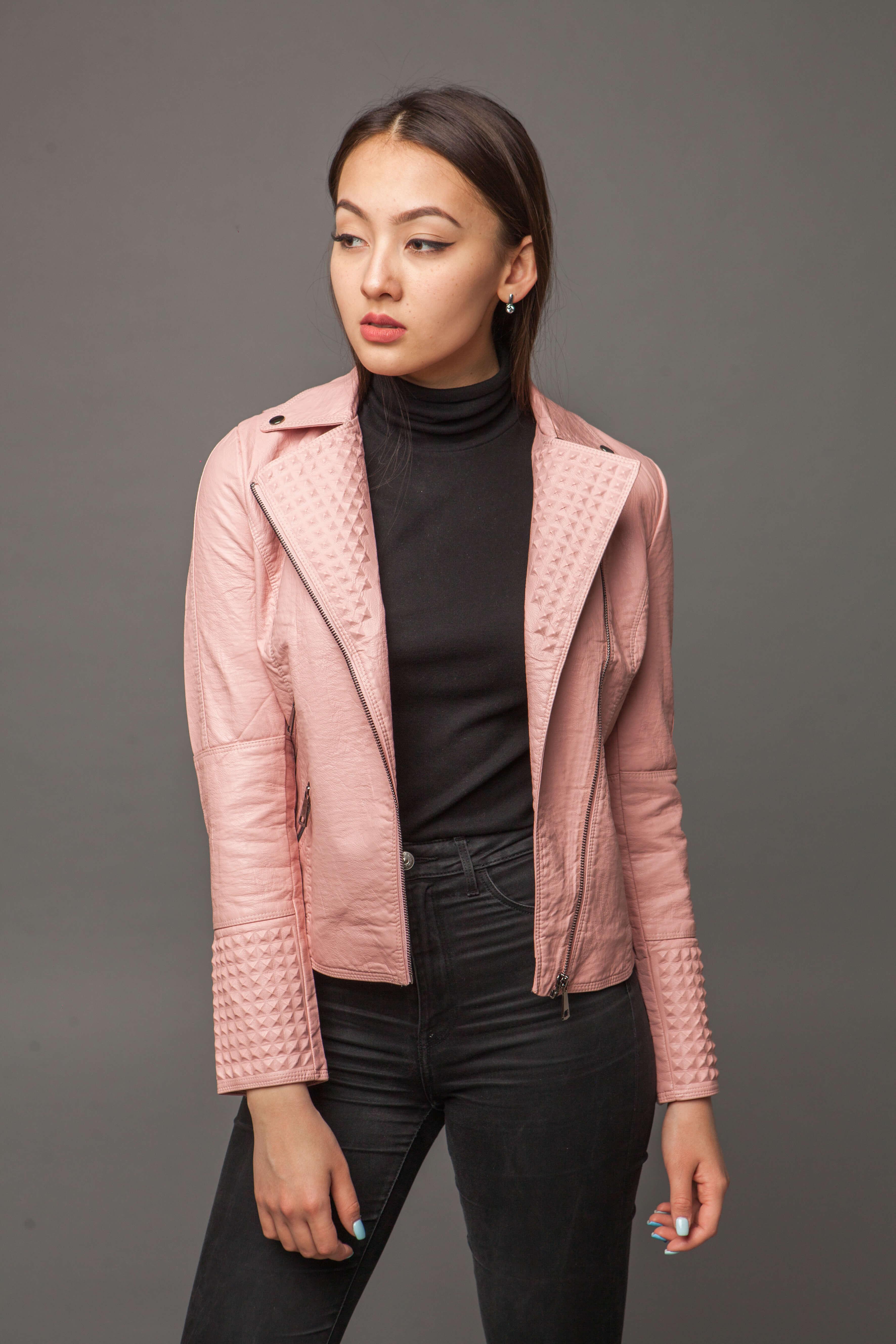 Приталенная куртка из экокожи нежно-розового цвета. Фото 4