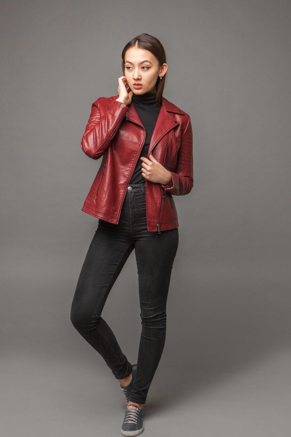 Яркая куртка-косуха из экокожи. Фото 1