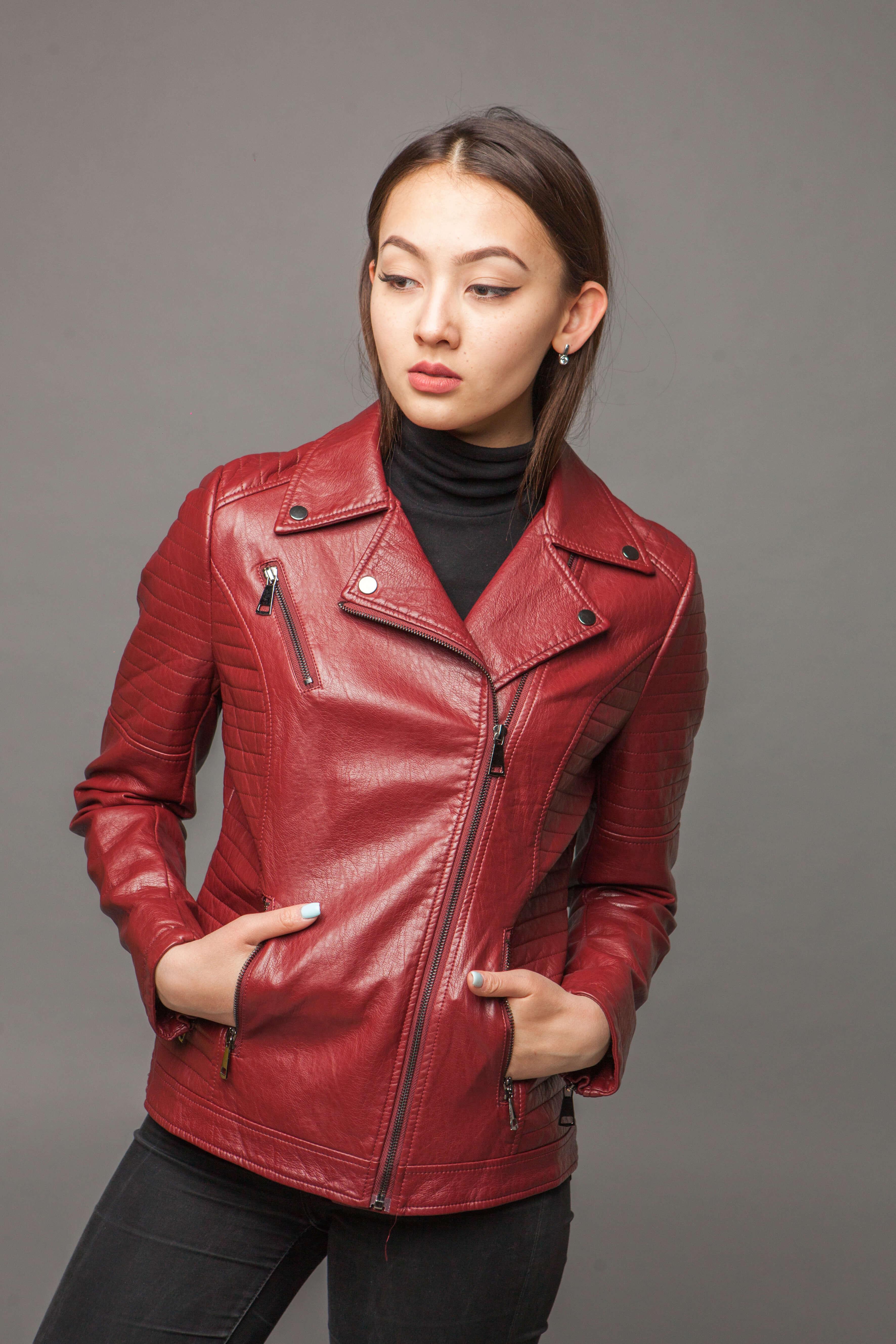 Яркая куртка-косуха из экокожи. Фото 2