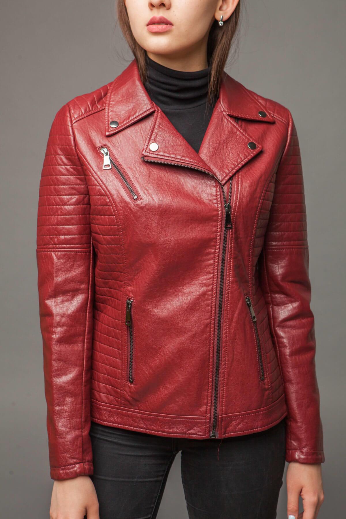 Яркая куртка-косуха из экокожи. Фото 3