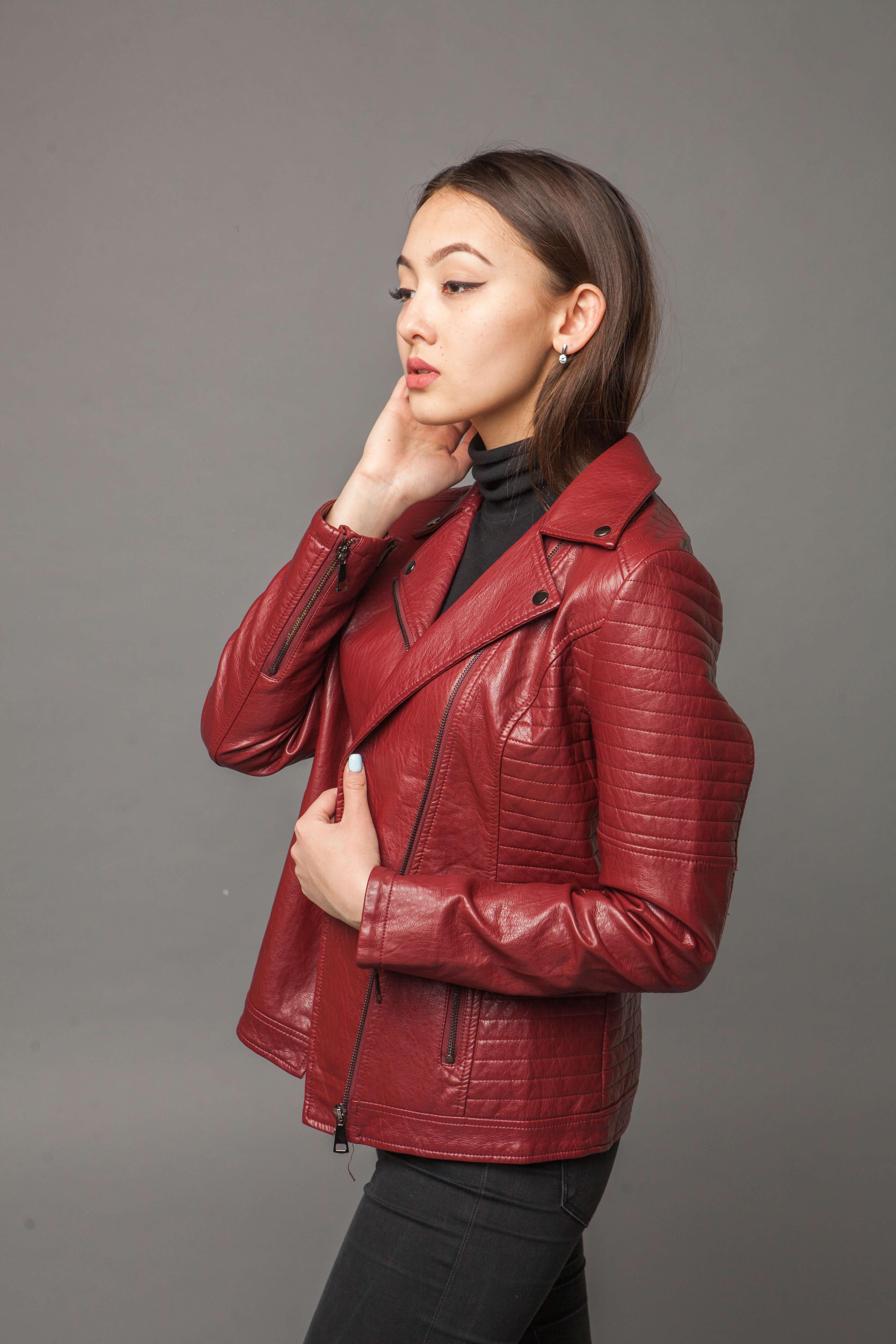 Яркая куртка-косуха из экокожи. Фото 4