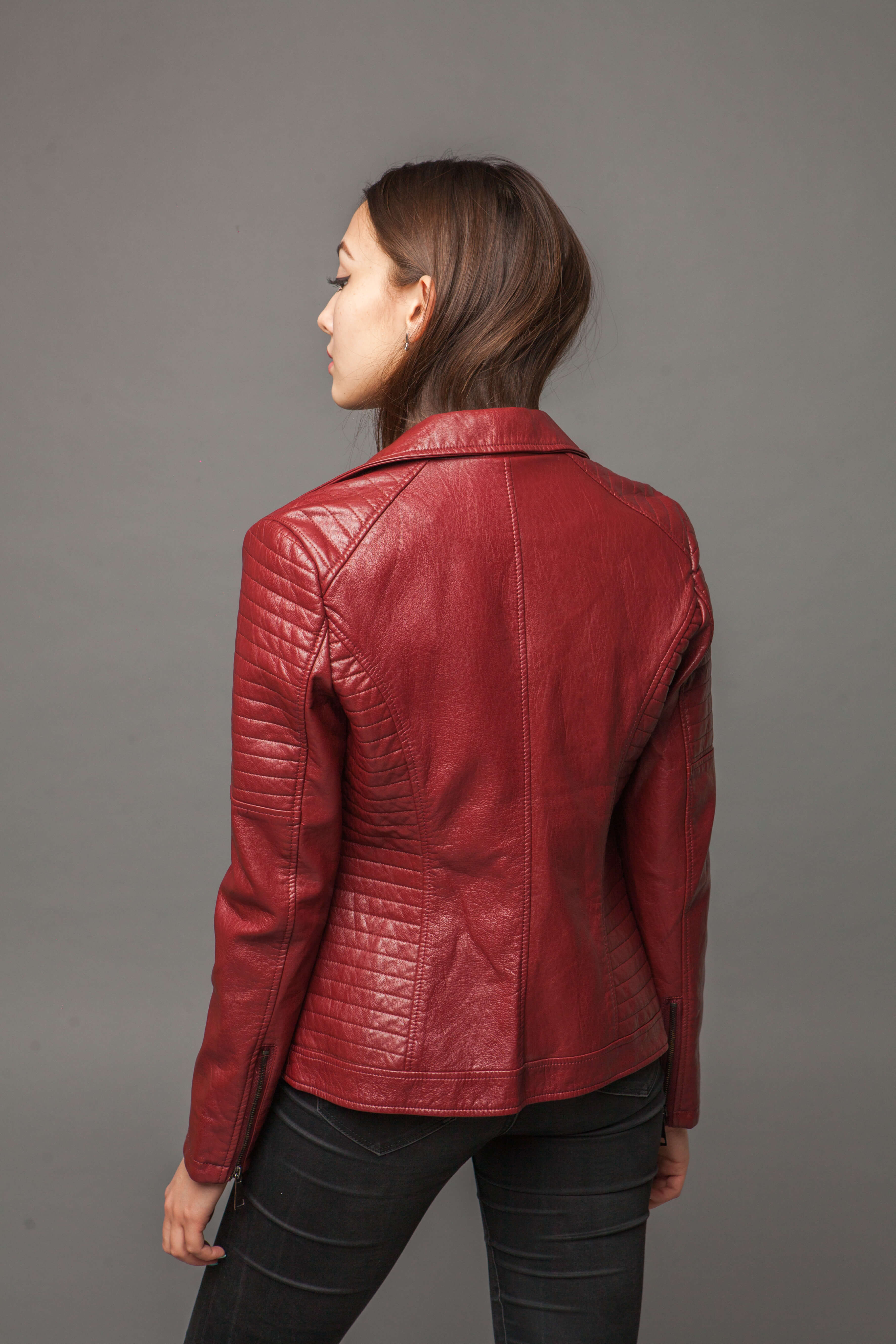 Яркая куртка-косуха из экокожи. Фото 5