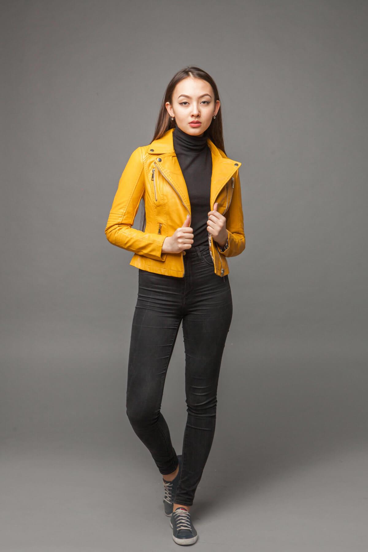 Куртка насыщенного желтого цвета из экокожи. Фото 1