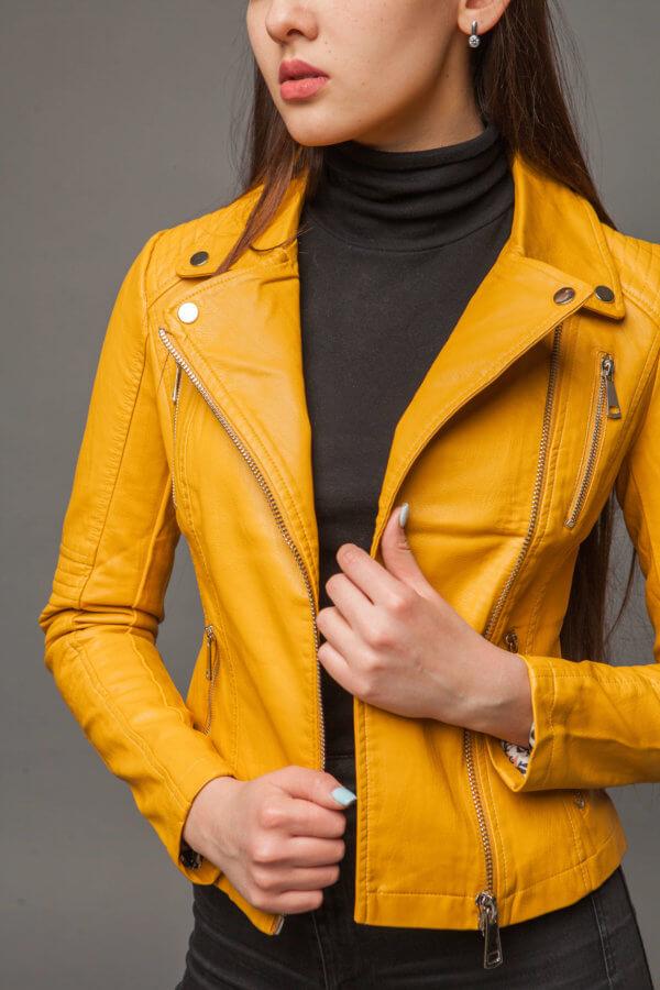 Куртка насыщенного желтого цвета из экокожи. Фото 2