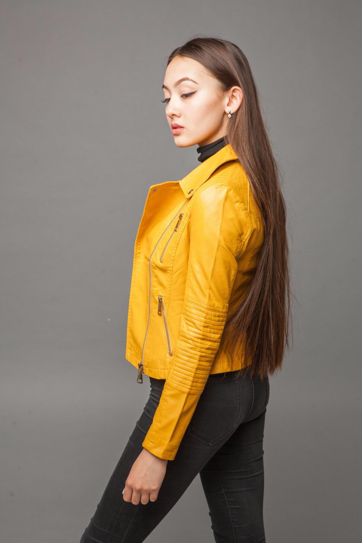Куртка насыщенного желтого цвета из экокожи. Фото 3