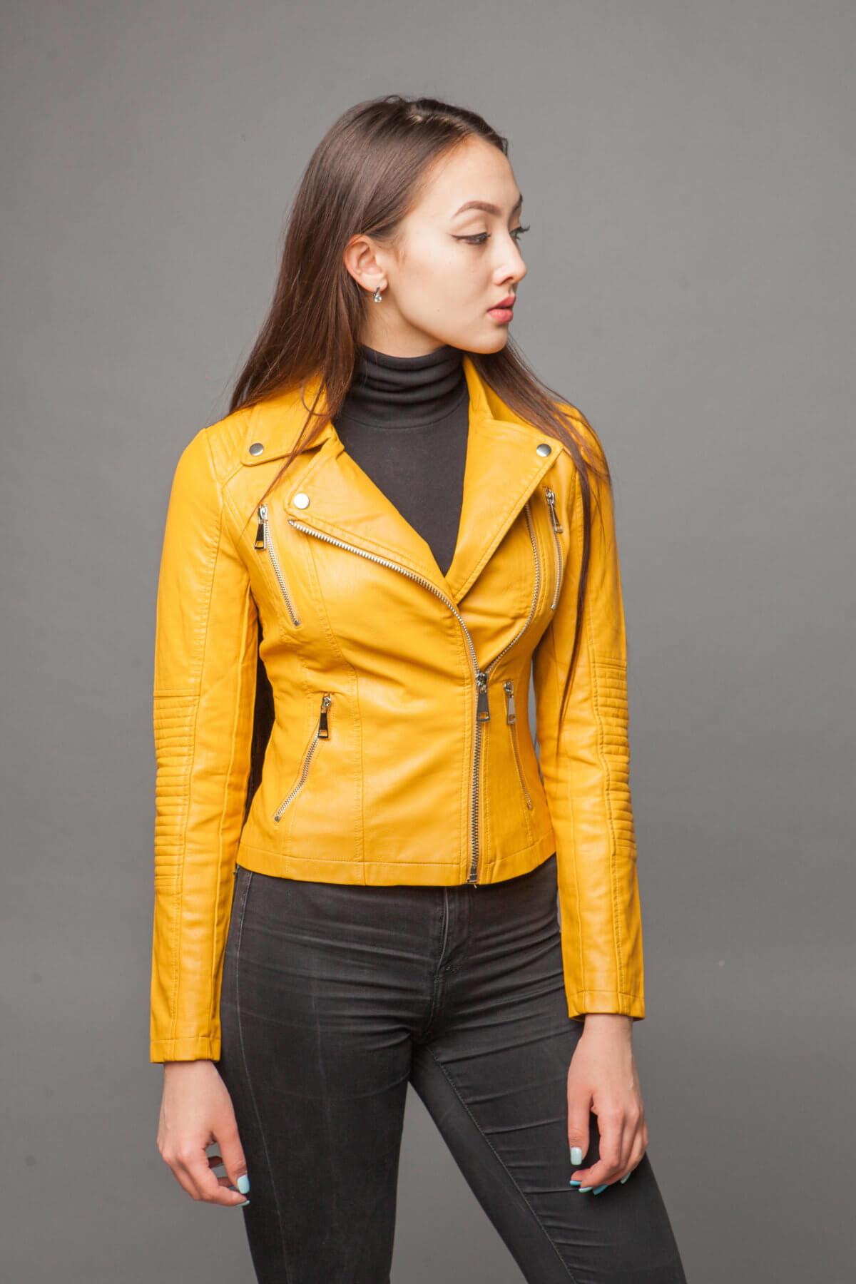 Куртка насыщенного желтого цвета из экокожи. Фото 4