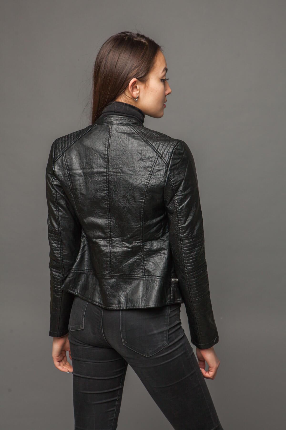 Куртка из экокожи с ультрамодной отделкой. Фото 3