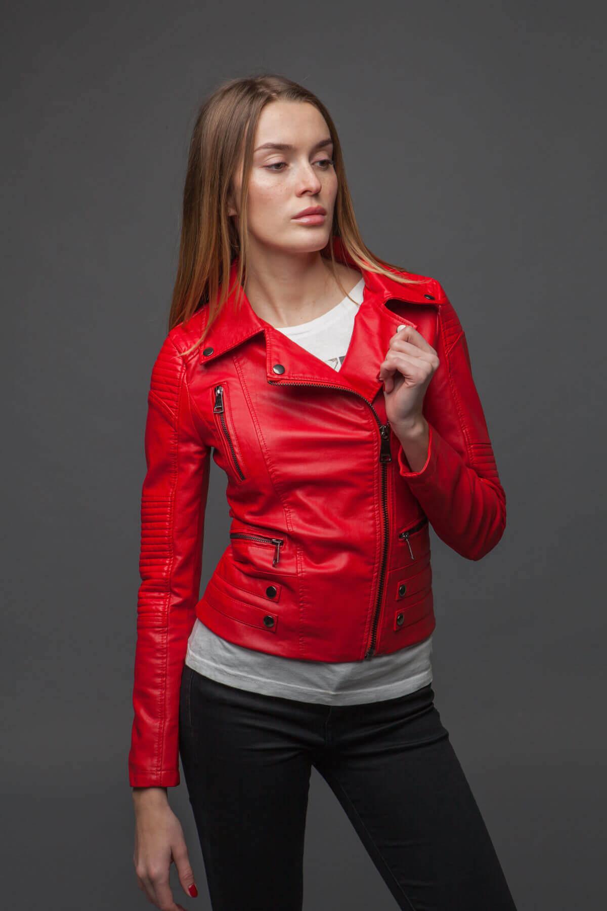 Ультрамодная красная куртка-косуха. Фото 2