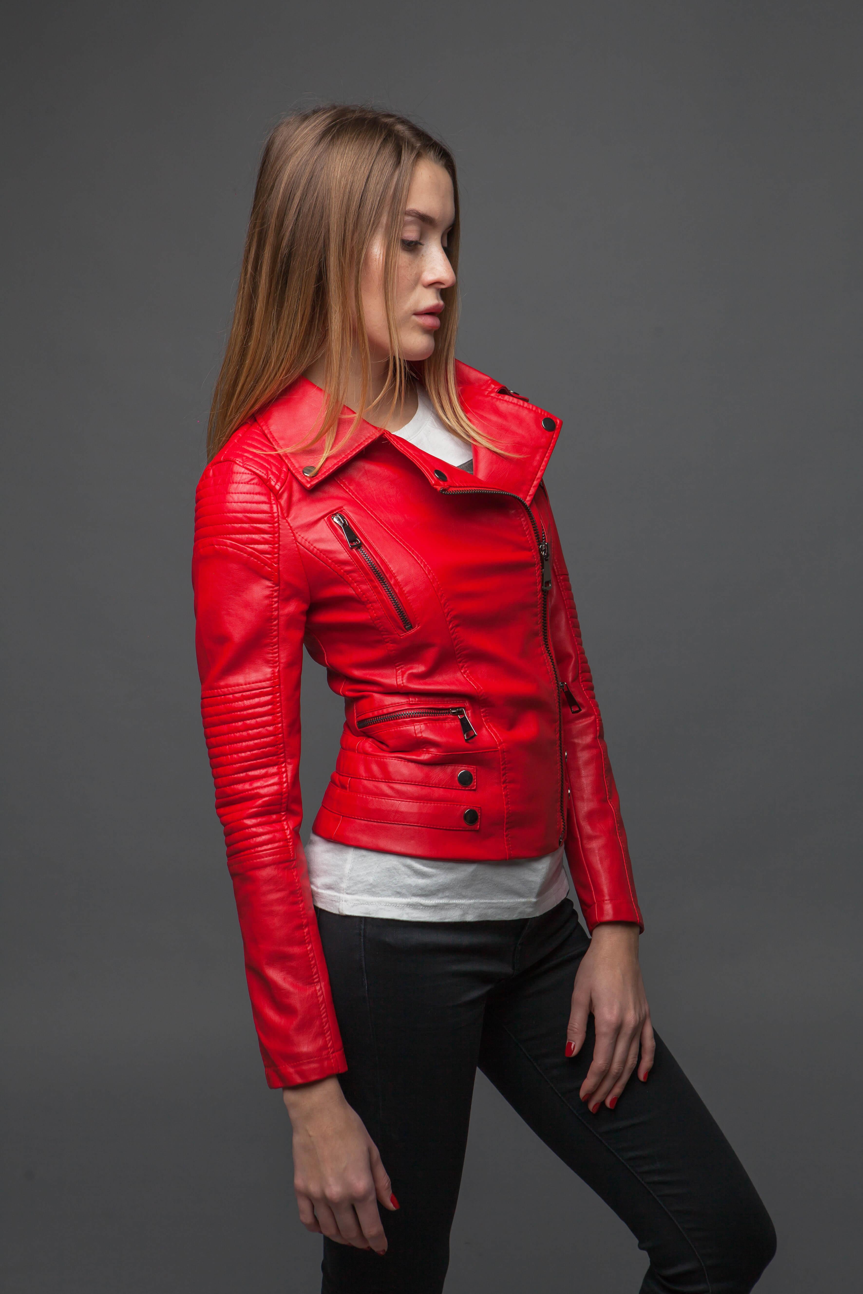 Ультрамодная красная куртка-косуха. Фото 3