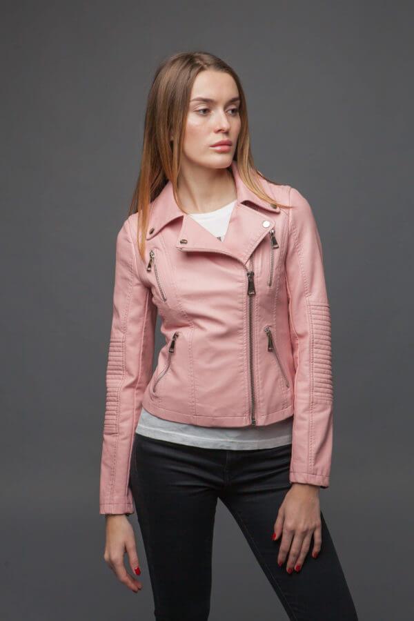 Нежно-розовая куртка из экокожи. Фото 2