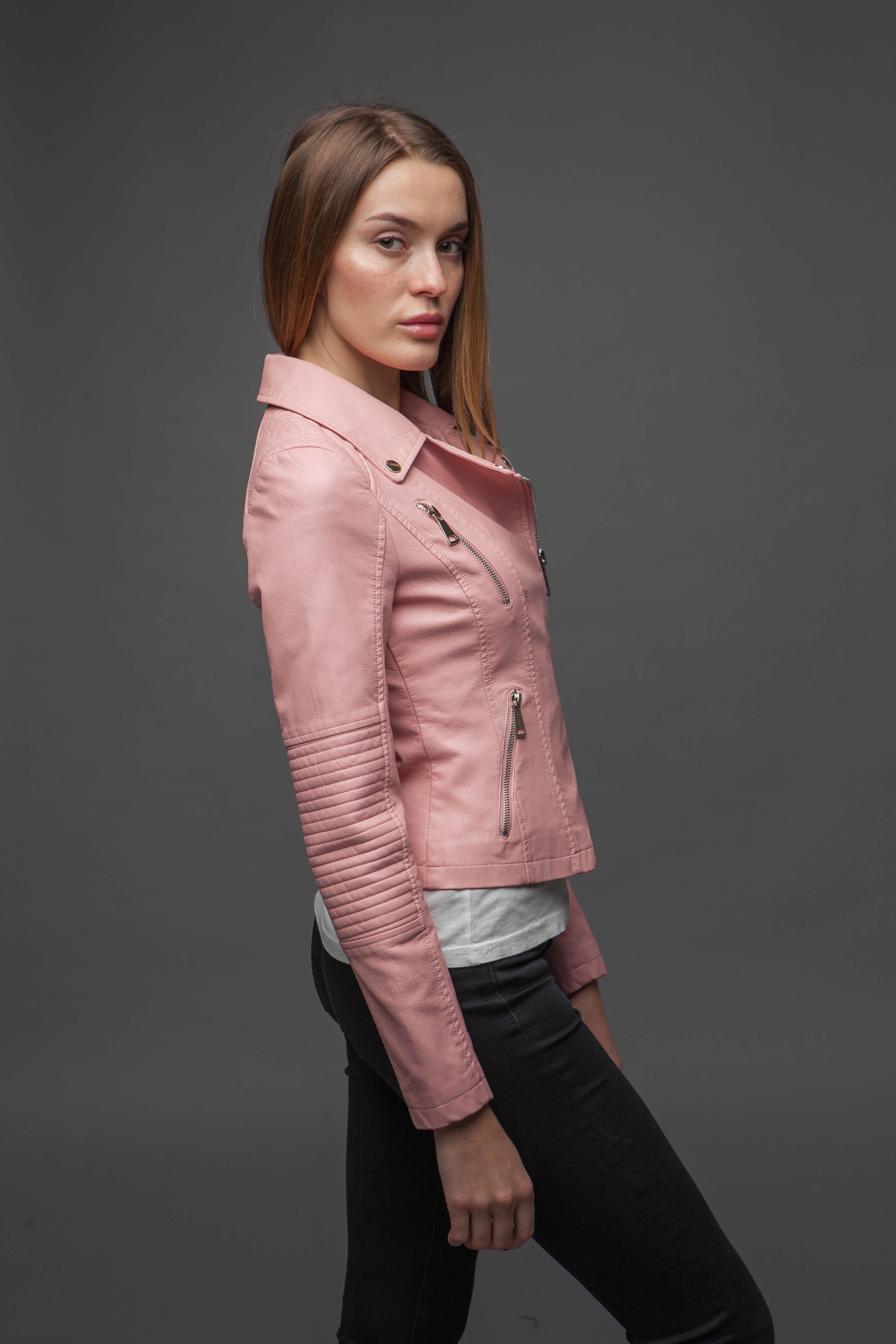 Нежно-розовая куртка из экокожи. Фото 3