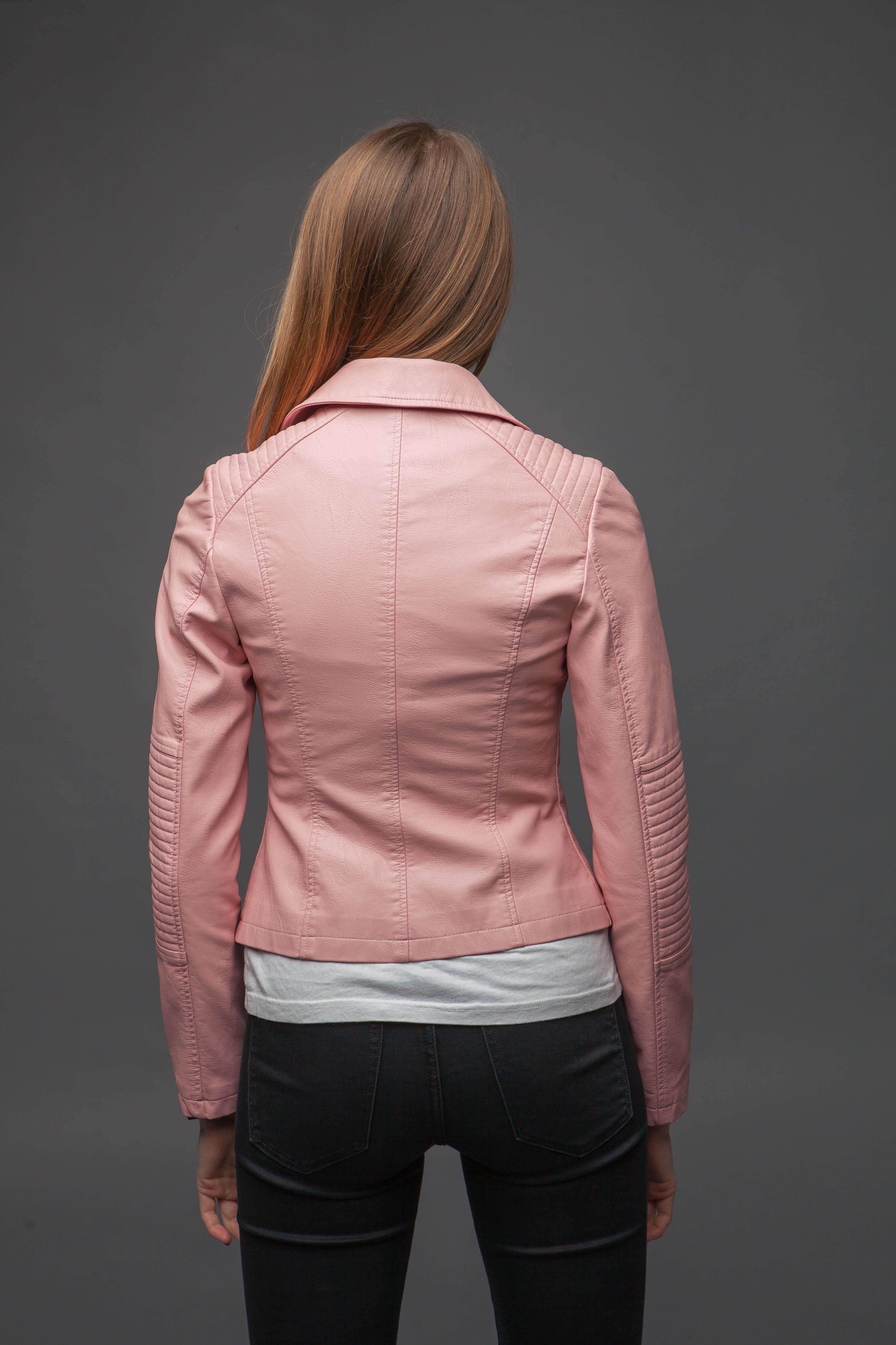 Нежно-розовая куртка из экокожи. Фото 4