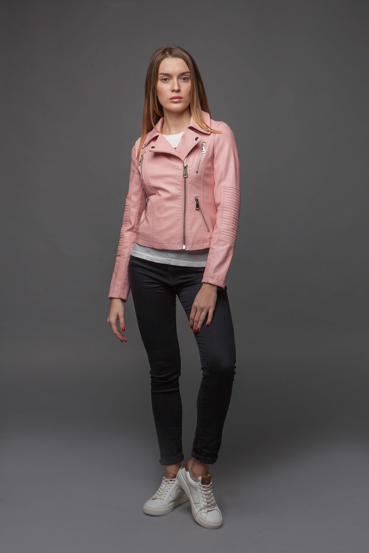 Нежно-розовая куртка из экокожи. Фото 5
