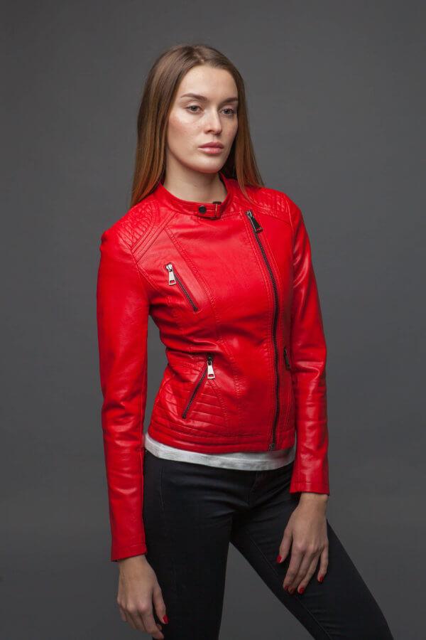 Лаконичная приталенная красная куртка. Фото 1