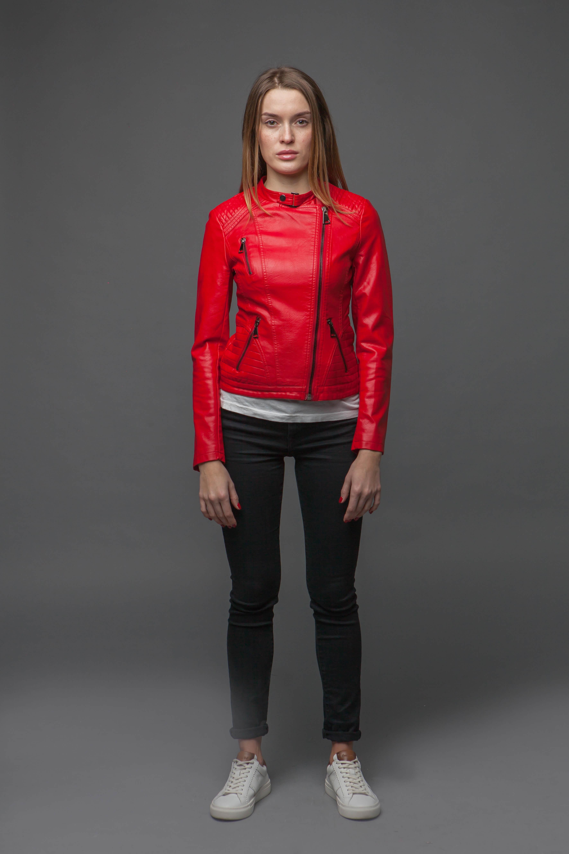 Лаконичная приталенная красная куртка. Фото 2