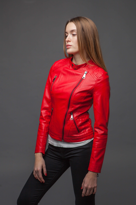Лаконичная приталенная красная куртка. Фото 3