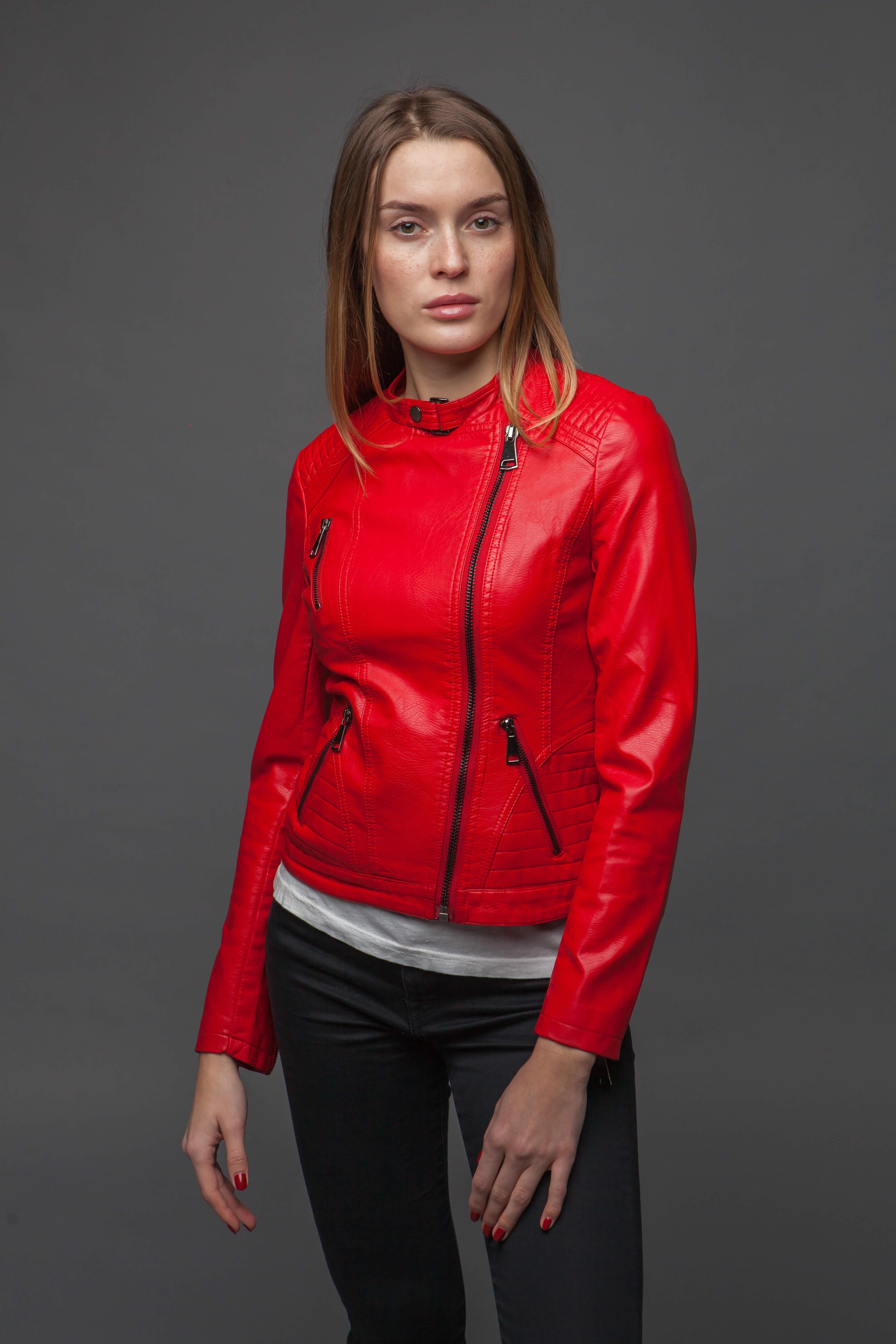 Лаконичная приталенная красная куртка. Фото 4