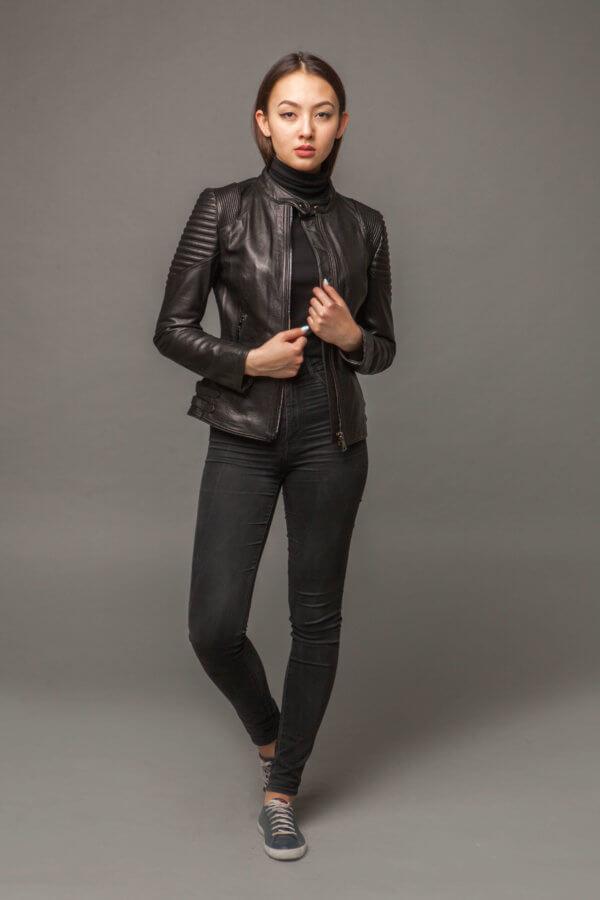Стильная кожаная приталенная куртка. Фото 1