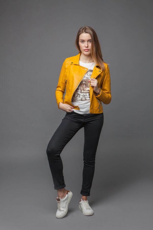 Приталенная куртка-косуха желтого цвета. Фото 1