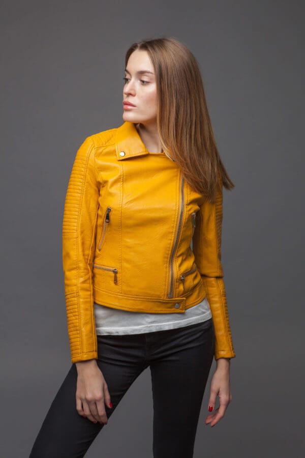 Приталенная куртка-косуха желтого цвета. Фото 2