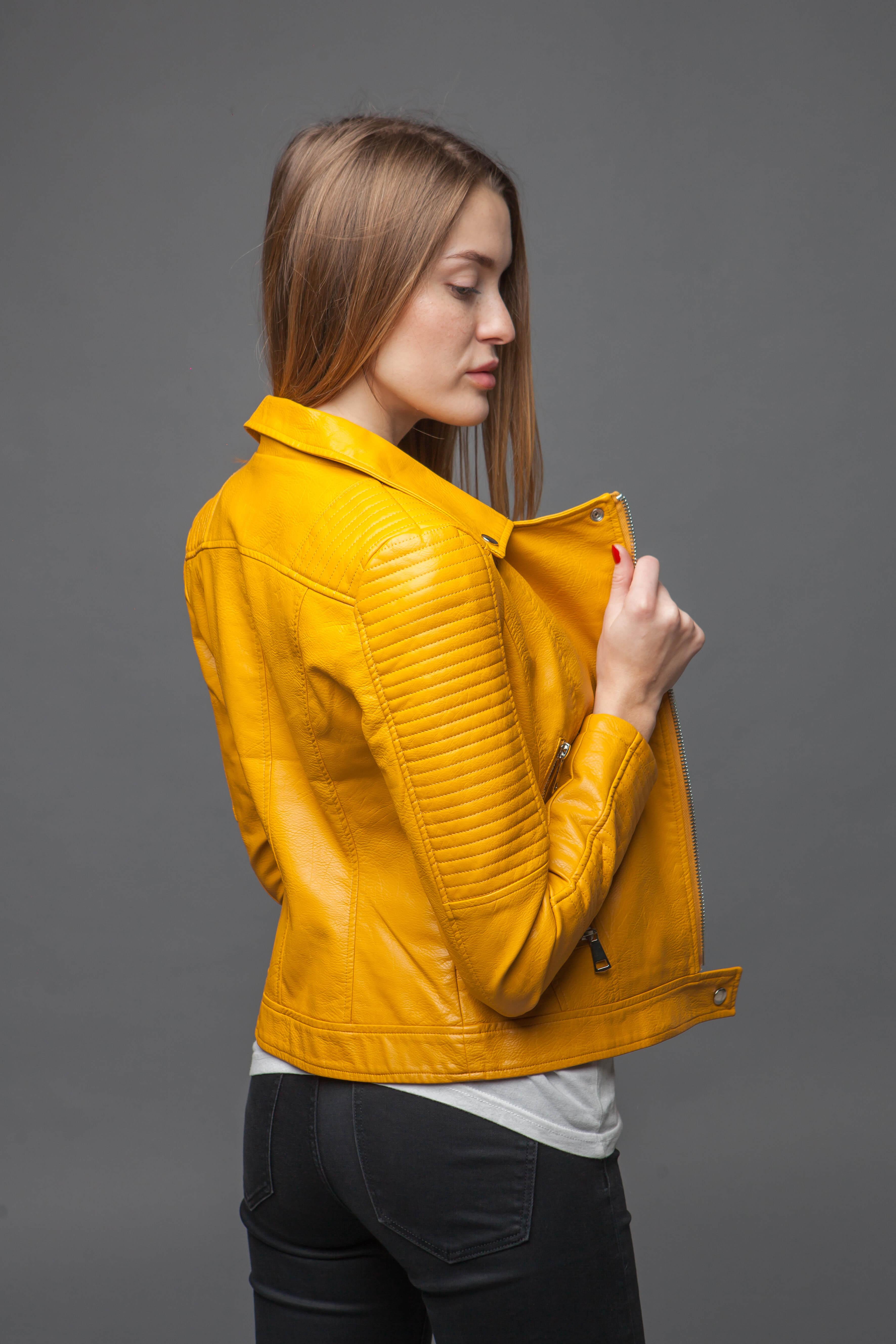 Приталенная куртка-косуха желтого цвета. Фото 3
