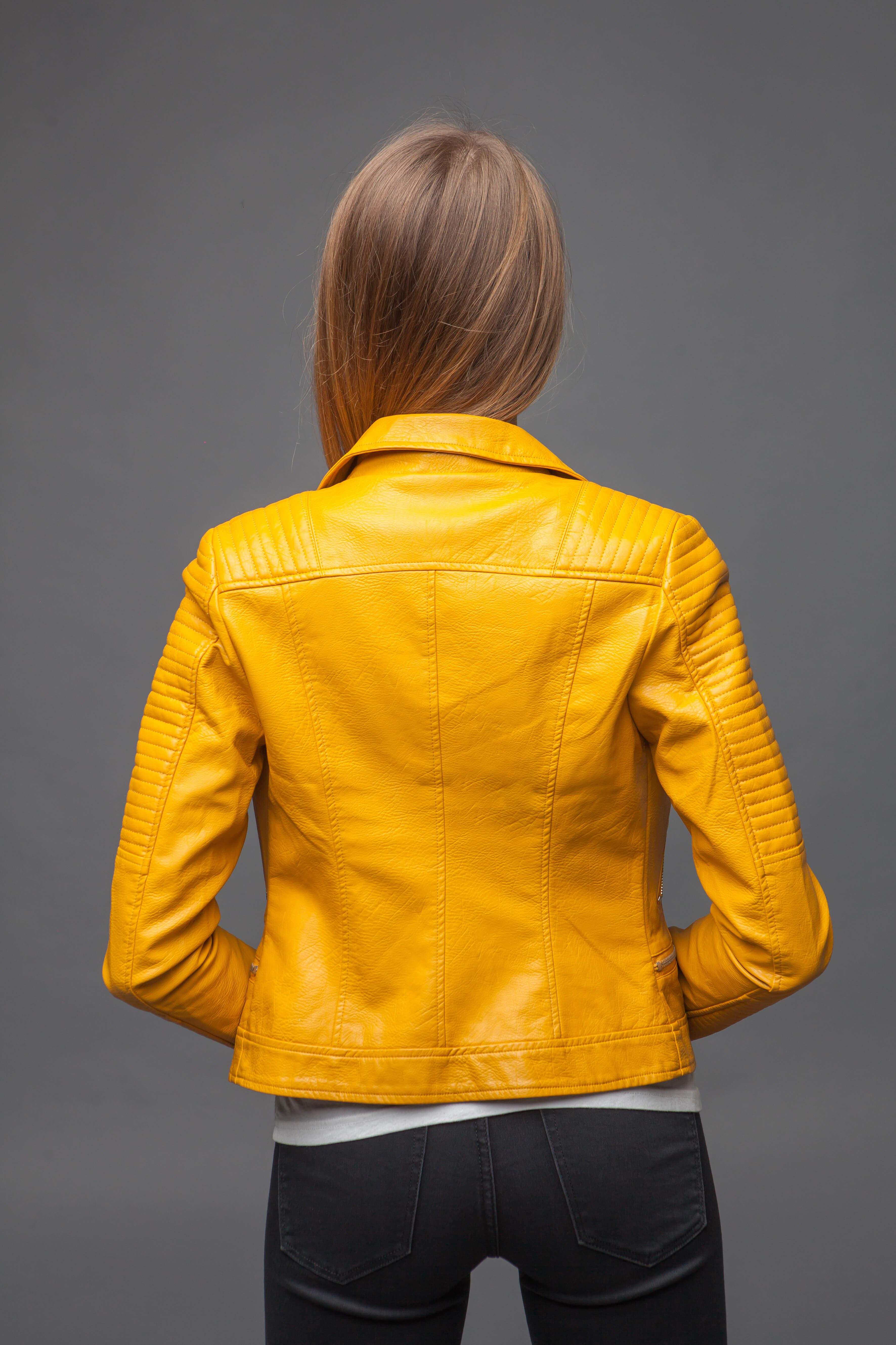 Приталенная куртка-косуха желтого цвета. Фото 4